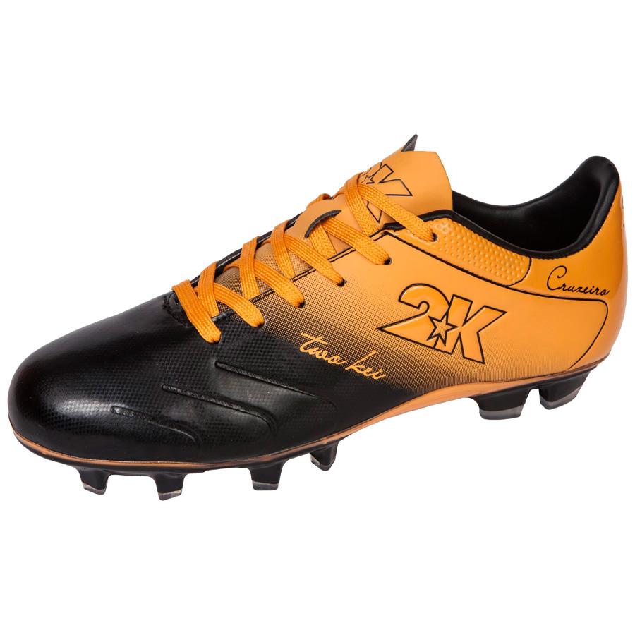 Бутсы футбольные 2K Sport Cruzeiro, цвет: черный, оранжевый. Размер 43DRIW.611.INЯркие футбольные бутсы 2K Sport Cruzeiro, выполненные из микрофибры в современном стиле, подойдут для натуральных и искусственных покрытий. Облегченная, износостойкая подошва, конфигурация которой приближена к форме стопы, способствует комфорту и хорошей чувствительности при игре. Бесшовная конструкция верха. Бутсы оснащены пластиковой усилительной вставкой (супинатором). Эргономичная стелька. 2 пары шнурков разного цвета в комплекте.