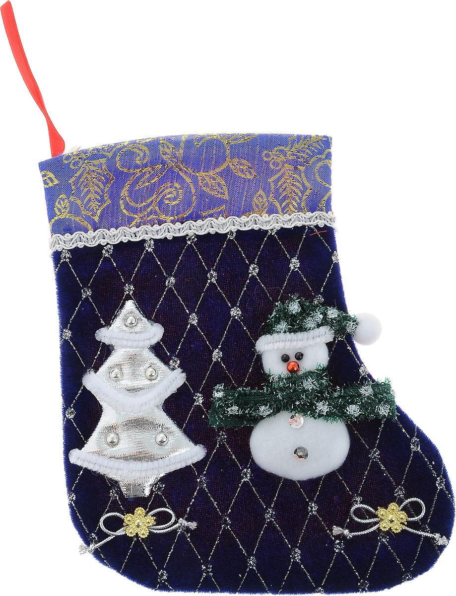 Украшение новогоднее подвесное Winter Wings Носок. Снеговик, цвет: синий, 25 х 20 смN02055Украшение новогоднее подвесное Winter Wings Носок. Снеговик выполнено из ткани в виде носка с изображением Снеговика и елки. В мешочек можно спрятать подарки. С помощью специальной петельки украшение можно повесить в любом понравившемся вам месте. Новогодние украшения несут в себе волшебство и красоту праздника. Они помогут вам украсить дом к предстоящим праздникам и оживить интерьер по вашему вкусу. Создайте в доме атмосферу тепла, веселья и радости, украшая его всей семьей.