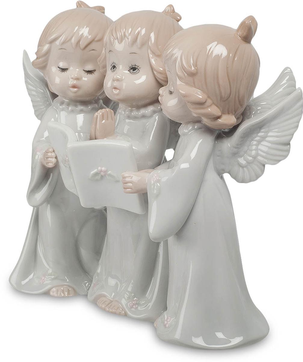 Фигурка Pavone Три ангела. JP-05/13JP-05/13Фигурка Ангелочков высотой 16 см. Фигурка символизирует знаменитую Святую Троицу - символ православия. Три малыша поют песню. И не простую, а молитву, обращаясь к божественным силам. Ручки среднего сложены в молитвенном жесте, двое крайних поддерживают перед ним книгу с текстом песни-молитвы, хоть и смотрит он не в нее, а ввысь и вдаль, туда, куда обращена его песня. Ангельскими голосами поют малыши, да и сами они – настоящие ангелочки, не только из-за своей чистой красоты, но и благодаря крылышкам, которые у каждого из них трепещут за спиной. Подарить такую композицию можно молодой маме, ребенок которой уже научился красиво петь, а в дальнейшем ангельские крылья смогут занести его на вершину славы.