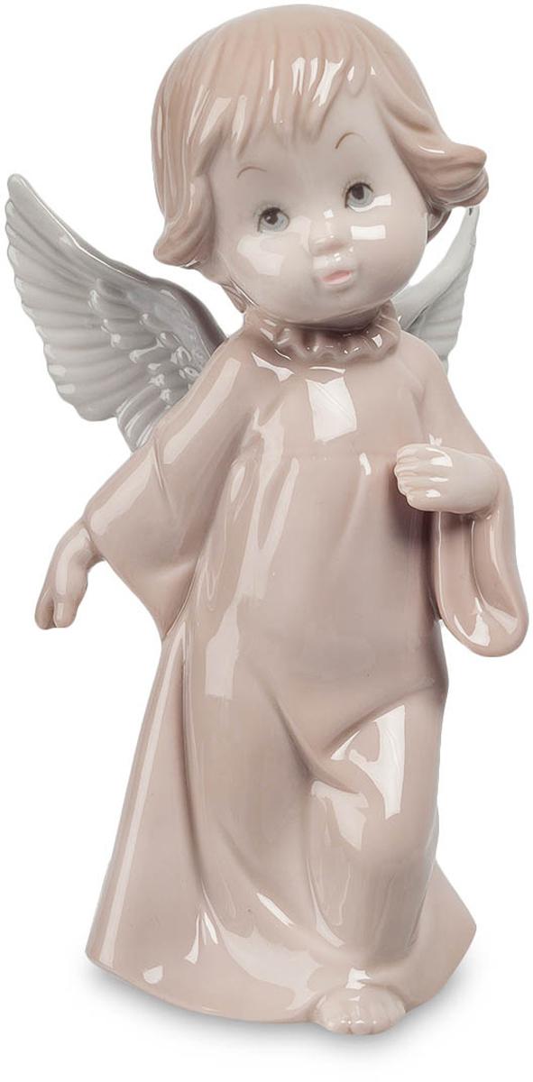 Фигурка Pavone Ангел. JP-05/16JP-05/16Фигурка Ангела высотой 16 см. Урсула - символ двойственности натуры, баланса между плохим и хорошим. Так уж повелось, что ангелов часто изображают в виде маленьких детей: дети, искренние и неподкупные, удивляют лишь своей наивностью. Светло-бежевая статуэтка Ангел, сделанная из фарфора и имеющая высоту 16 сантиметров, также изображает ангела в виде маленькой девочки с белыми крыльями, одетой в длинную ночную рубашку с широким рукавом. Девочка, повинуясь неизвестным нам чувствам и мотивам, шагает вперед, но в ее взгляде можно прочитать сомнения и опасения. Возможно, ребенку предстоит узнать новое о жизни людей – то, о чем на небесах стараются лишний раз не вспоминать. Правая рука ангела отведена назад, а поднятая вверх левая расположена рядом с сердцем. У ребенка каштановые волосы и приятное лицо, говорящее о чистоте помыслов. Маленького ангела из коллекции Pavone можно подарить верующему другу или подруге, преподнести на христианский праздник...