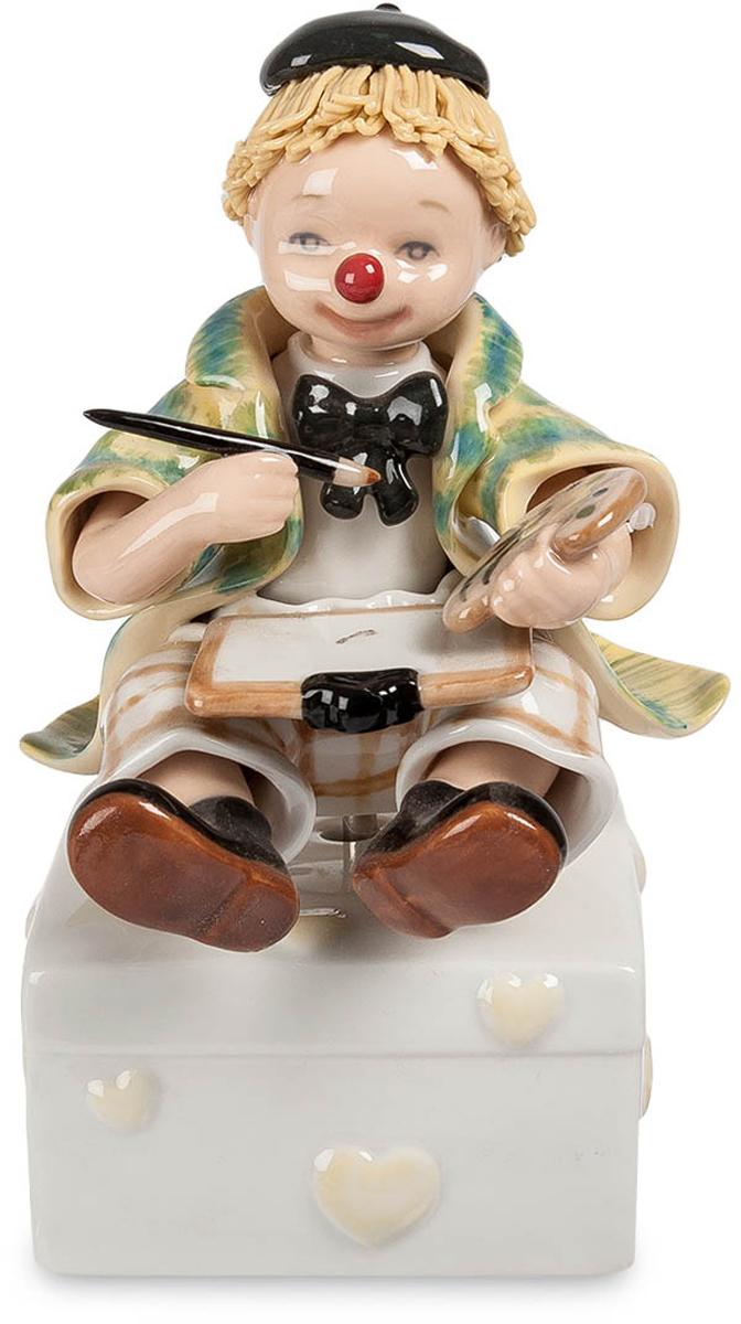 Музыкальная фигурка Pavone Клоун. CMS-23/10CMS-23/10Музыкальная фигурка Клоун (Pavone) Музыкальная фигурка Клоун, изготовленная из настоящего итальянского фарфора - отличная возможность пополнить свою коллекцию новым, необычным экземпляром. Прекрасная работа видна невооруженным взглядом: четкие линии, плавный рисунок, точно передающий наряд забавного клоуна с кисточкой и красками. Эта фигурка может стать хорошим подарком для любого коллекционера, или просто человека, которому по душе такие вещи. Знаете такого? Что же, теперь вам не придется ломать голову над подарком ему, ведь вы его уже нашли.