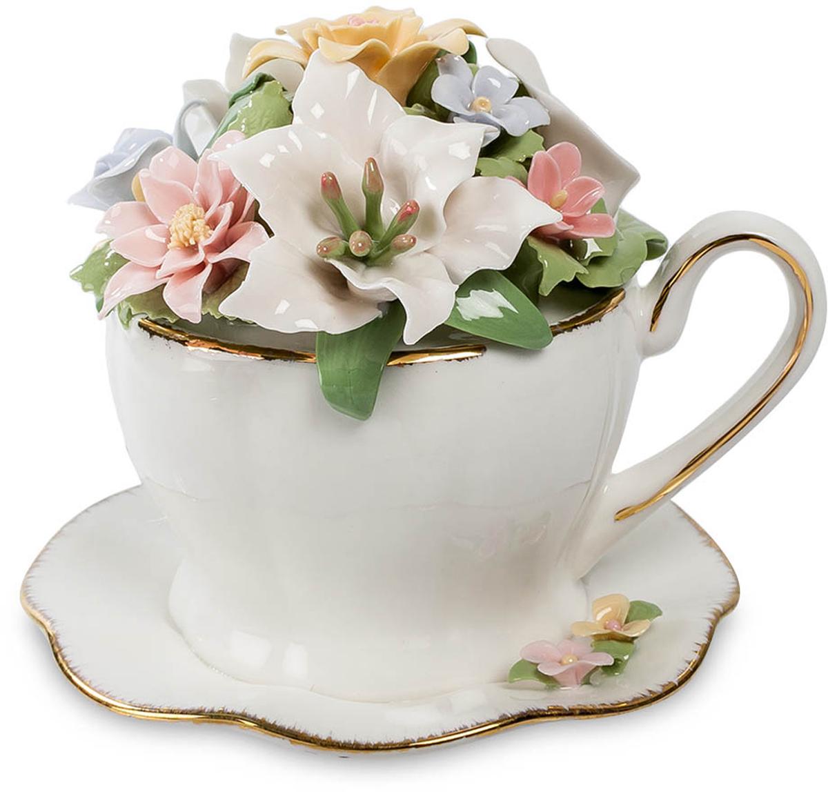 Музыкальная композиция Pavone Чашка с цветами. CMS-33/11CMS-33/11Музыкальная композиция Чашка с цветами (Pavone) Из этой красивой чашки с позолоченными краями чаю не напиться. Все место внутри чайки занято цветами. Не верится, что эти разноцветные лепестки выполнены из фарфора – настолько они тонкие и яркие, как будто живые. Так что место для этой чашки с блюдечком и цветами – не на обеденном столе, а на полке с сувенирами. Такой своеобразный букет будет радовать круглый год, эти цветы не завянут никогда, каждый день и при любой погоде поднимая настроение. На день рождения любой женщине можно подарить букет живых цветов и такой вот букетик в чашке – на память. Один букет дополнит другой.