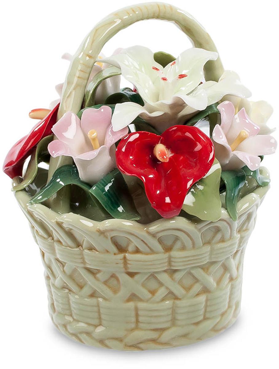 Композиция Pavone Цветочная корзина. CMS-33/18UP210DFКомпозиция Цветочная корзина (Pavone) Для этой фарфоровой композиции в виде цветов в плетеной корзинке ее создатели не пожалели ярких красок. Поэтому все цветы смотрятся даже ярче, чем настоящие. Белый цветок способен ослепить, розовый поражает своей нежностью, а красный кажется светящимся изнутри. И вся эта красота – на мягком зеленом фоне из листьев. Миниатюрная корзиночка выглядит настолько яркой, что обязательно обращает на себя внимание всех заходящих в комнату. Она станет превосходным дополнением интерьера, колоритным цветовым пятном, оттеняющим сдержанный стиль интерьера. Цветы просто не могут оказаться лишними в любой обстановке.