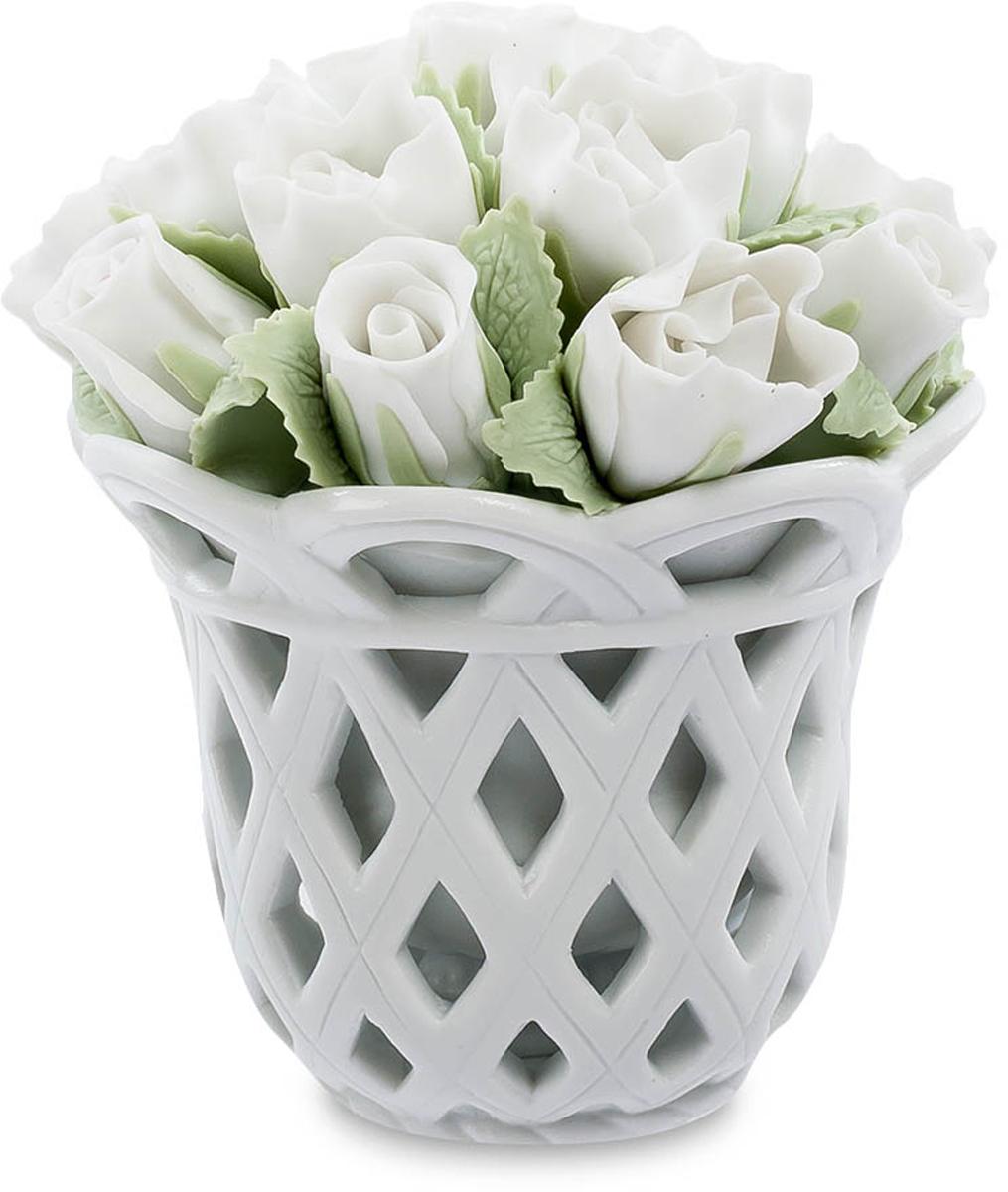 Композиция Pavone Цветочная корзина. CMS-33/26UP210DFКомпозиция Цветочная корзина (Pavone) Элегантная корзина, заполненная белыми розами с бледно-зелеными листьями. Каждый лепесток настолько естественно выглядит, что не верится, что это – фарфор. Белый цвет – символ чистоты и молодости, белые цветы дарят невесте и просто молодой девушке. Прекрасное творение мастеров изысканного фарфора поражает своей естественностью и сходством с живой природой. От естественного букета эта корзина отличается еще и тем, что никогда не завянет. Подарите эту изысканную цветочную композицию, и она будет долгие годы напоминать о вас, и пожелание чистой и светлой любви будет всегда актуальным и искренним.