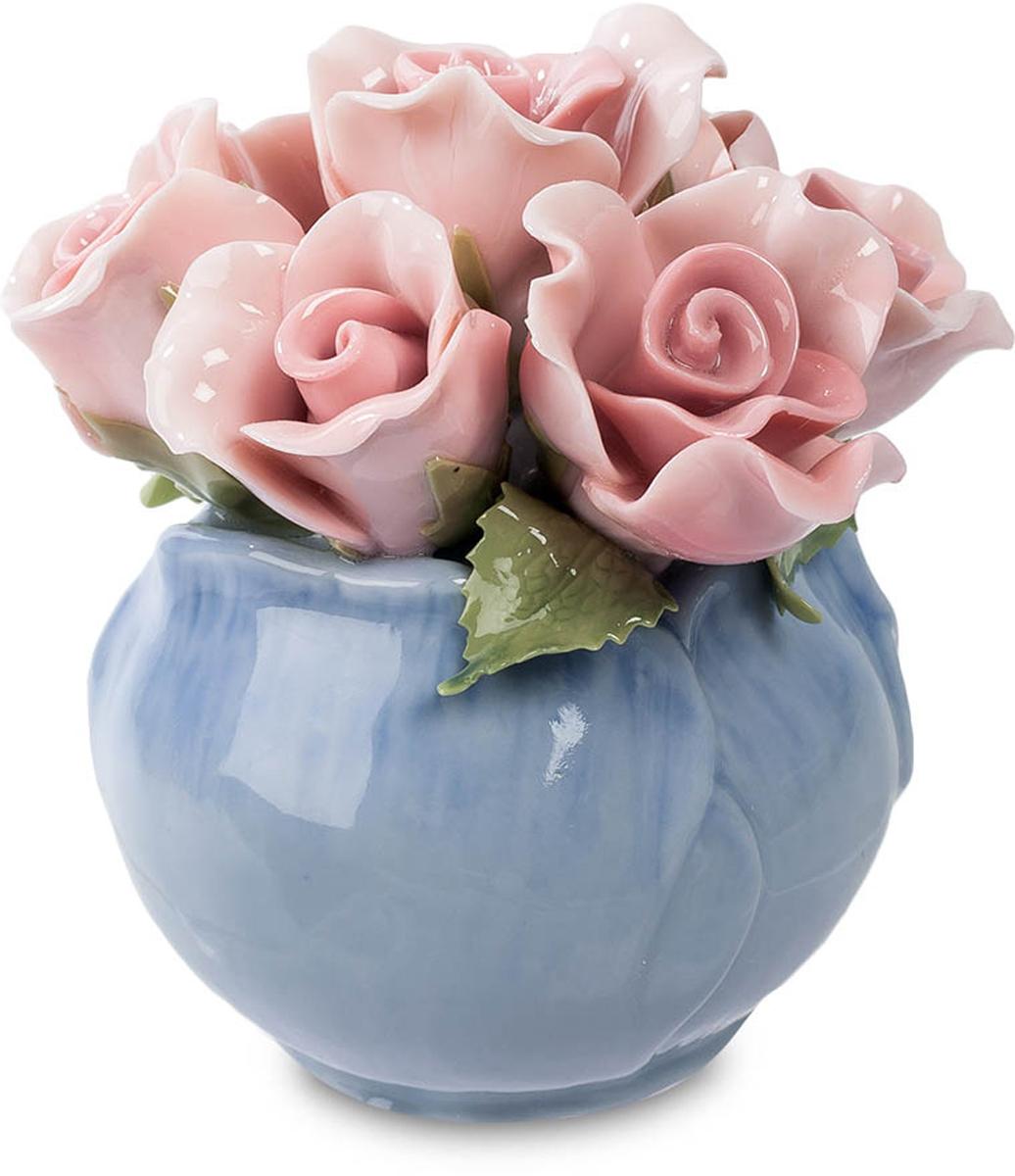 Композиция Pavone Розы. CMS-33/28CMS-33/28Композиция Розы (Pavone) Ваза оригинальной формы, как будто составленная из нежных лепестков синего цветка, вмещает в себе букет классических розового цвета цветков розы с зелеными листиками. Розочки кажутся живыми – настолько тонкие у них лепестки. Даже не верится, что они изготовлены из фарфора – насколько же высоко мастерство создавших эту композицию художников! Этот миниатюрный букетик хорош не только своей нежной красотой, но и тем, что фарфоровые цветы никогда не завянут и даже годы спустя сохранят этот удивительный свежий вид. Подарите живой букет роз в знак искренней любви и эту композицию – на долгую память!