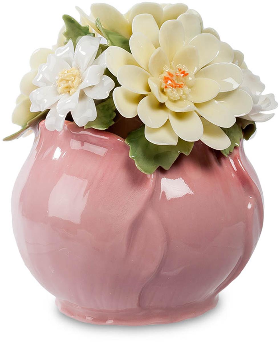 Композиция Pavone Маргаритки. CMS-33/29UP210DFКомпозиция Маргаритки (Pavone) Эта цветочная композиция – миниатюрный сувенир. Ваза, являющаяся ее основой, выполнена как будто из лепестков розового цветка, а сама композиция представлена белыми с легчайшим желтоватым отливом цветами маргариток. Контрастным фоном служат темно-зеленые листья. Лепестки кажутся живыми, из такого тончайшего фарфора они выполнены. Если такую композицию подарить на память, она сохранится на долгие годы – о том, кто ее подарил, будут помнить всегда. Это – преимущество фарфоровых цветов перед живыми: те, увы, быстро увядают, так что дарят их на несколько дней. А эти маргаритки будут вас радовать несколько лет.