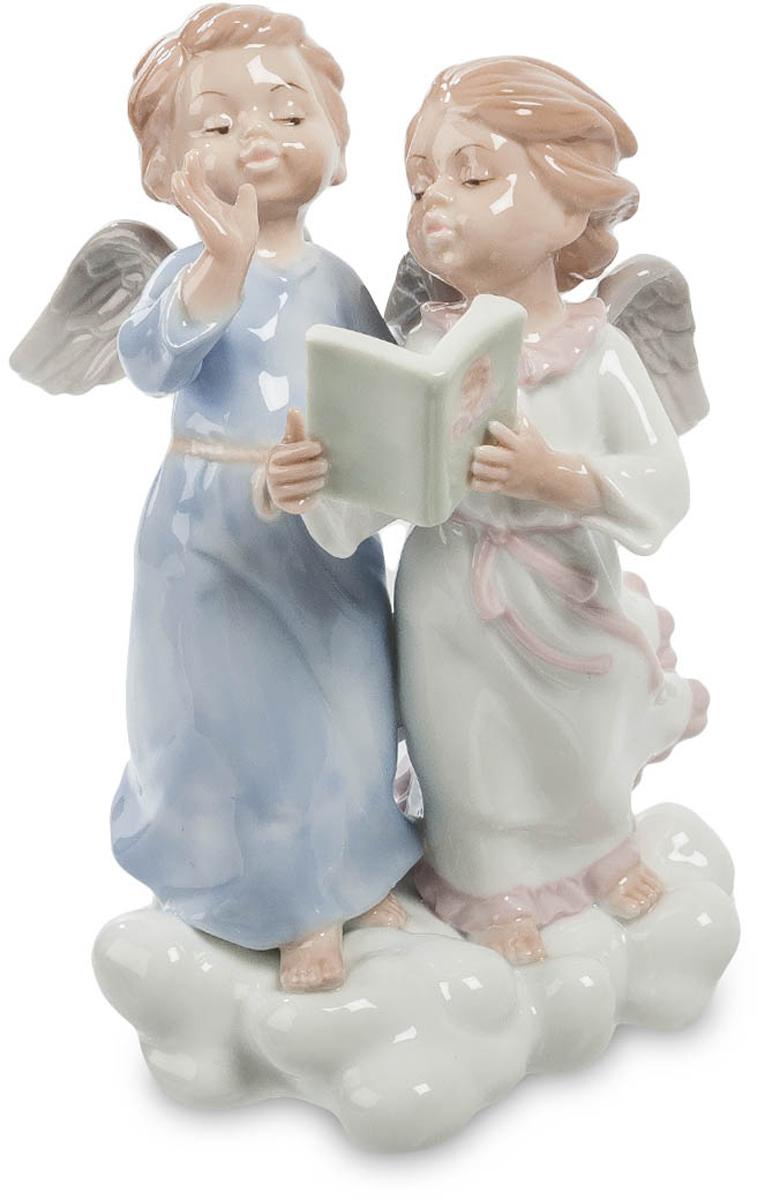 Фигурка Pavone Два ангела. JP-22/14JP-22/14Фигурка Ангелов высотой 17 см. Не стоило давать им читать Маяковского… Как известно, божественное предназначение ангелов – помогать людям в тяжелых ситуациях, наставляя и направляя их действия и мысли в божественное русло. Ангелы, подчиняющиеся непосредственно верховному божеству, знают ответы на все вопросы, а если и не знают, легко узнают ответ, но создатели фигурки Два ангела предпочитают думать, что молодым ангелам тоже приходится учиться. Статуэтка изображает двух крылатых детей, путешествующих по мягкому облаку в длинных ночных сорочках. Их волосы разметал ветер, но дети, не замечая порывов, о чем-то оживленно беседуют. В руках у девочки небольшая зеленая книга; на переплете изображено детское личико и пара белых крыльев. Возможно, она читает кодекс поведения ангелов? Кажется, ее молодой кавалер в длинной ночной рубашке знает все ответы наперед и не склонен доверять книгам. Фигурка детей-ангелов может стать оригинальным подарком для молодых...