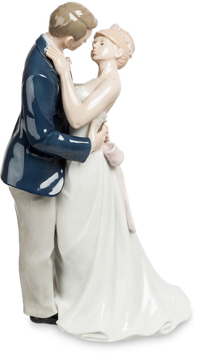 Статуэтка Pavone Молодожены. JP-15/35JP-15/35Статуэтка Молодожёнов высотой 30 см. Они целуются, а их мамы плачут… от счастья, конечно же.