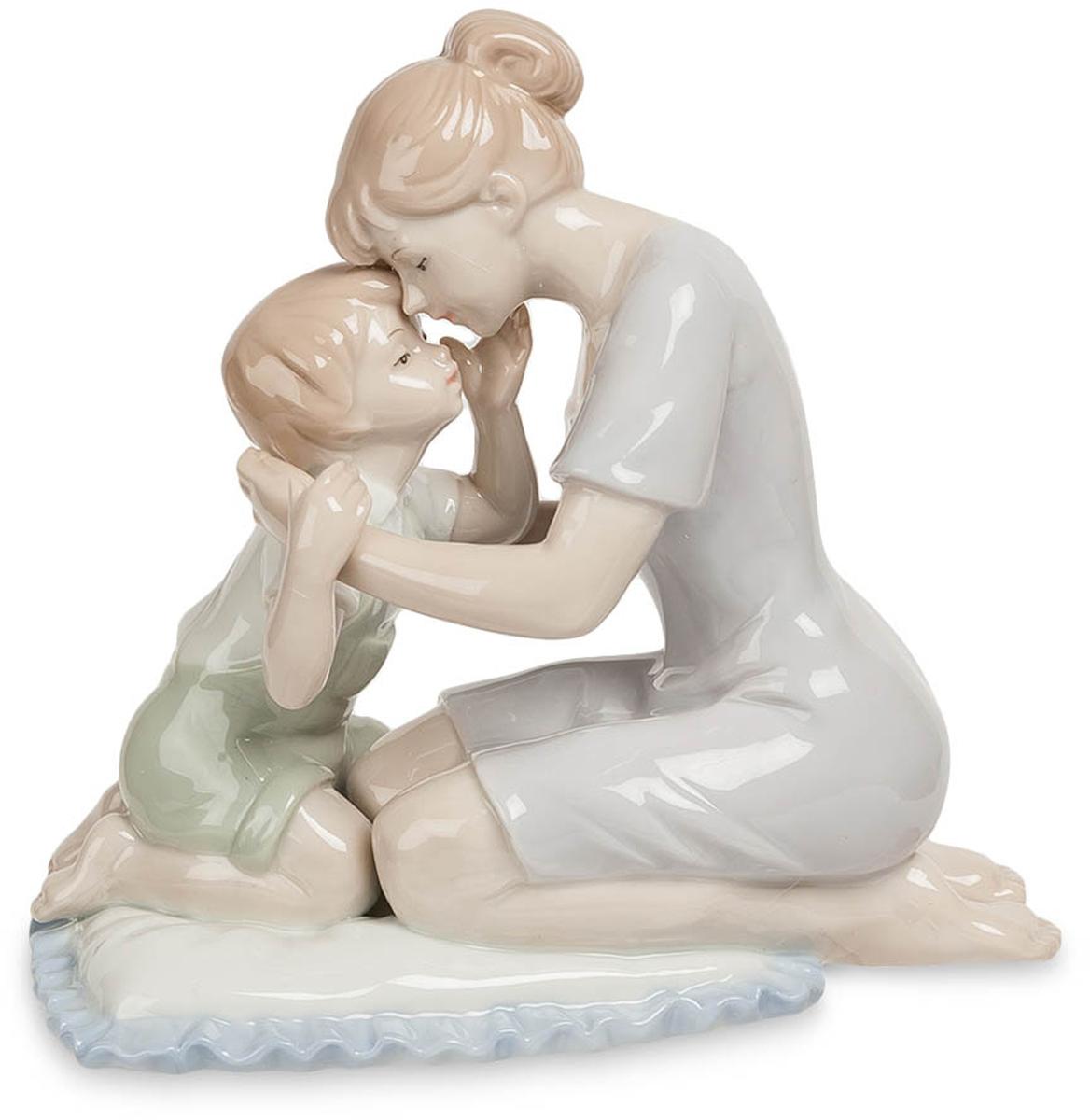 Статуэтка декоративная Pavone Мать с сыном, высота 14,5 смJP-15/37Декоративная статуэтка Pavone Мать с сыном станет оригинальным подарком для всех любителей стильных вещей. Она выполнена из высококачественного фарфора в виде матери с сыном. Изысканный сувенир станет прекрасным дополнением к интерьеру. Вы можете поставить статуэтку в любом месте, где она будет удачно смотреться и радовать глаз. Размер статуэтки: 15,5 х 8,5 х 14,5 см.