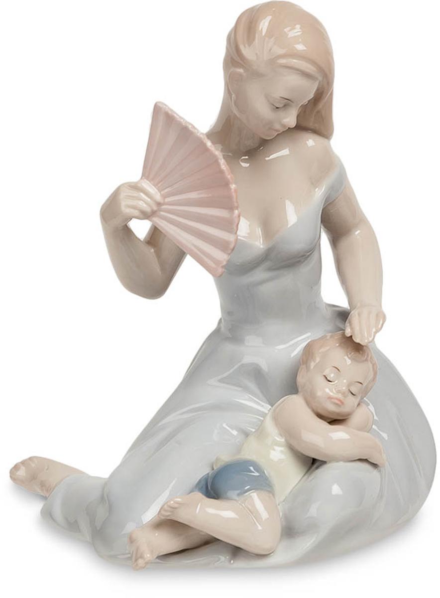 Статуэтка Pavone Девушка с ребенком. JP-15/39JP-15/39Статуэтка Девушки с ребёнком высотой 15 см. Забота всегда настигает нас, когда мы любим. После рождения ребенка у женщины обычно наступает самая спокойная и благодатная пора: пока муж трудится на службе и обеспечивает семью, жена может круглые сутки наслаждаться компанией младенца, проявляя материнские чувства и любуясь чадом. Фигурка Девушка с ребенком изображает женщину именно в этот прекрасный момент: она изображена сидящей на полу с веером, а на ее коленях устроился маленький, отдыхающий от игр, сынишка. Девушка почти касается лба ребенка: возможно, она пытается его осторожно погладить, чтобы не разбудить, а может быть, прикрывает его глаза от яркого света. Фарфоровая статуэтка Девушка с ребенком понравится любой женщине. Она будет прекрасно смотреться в спальне, на кухне и в большой комнате. Статуэтку можно подарить молодой маме, а также любой женщине, которой доводилось нянчить маленьких детей.