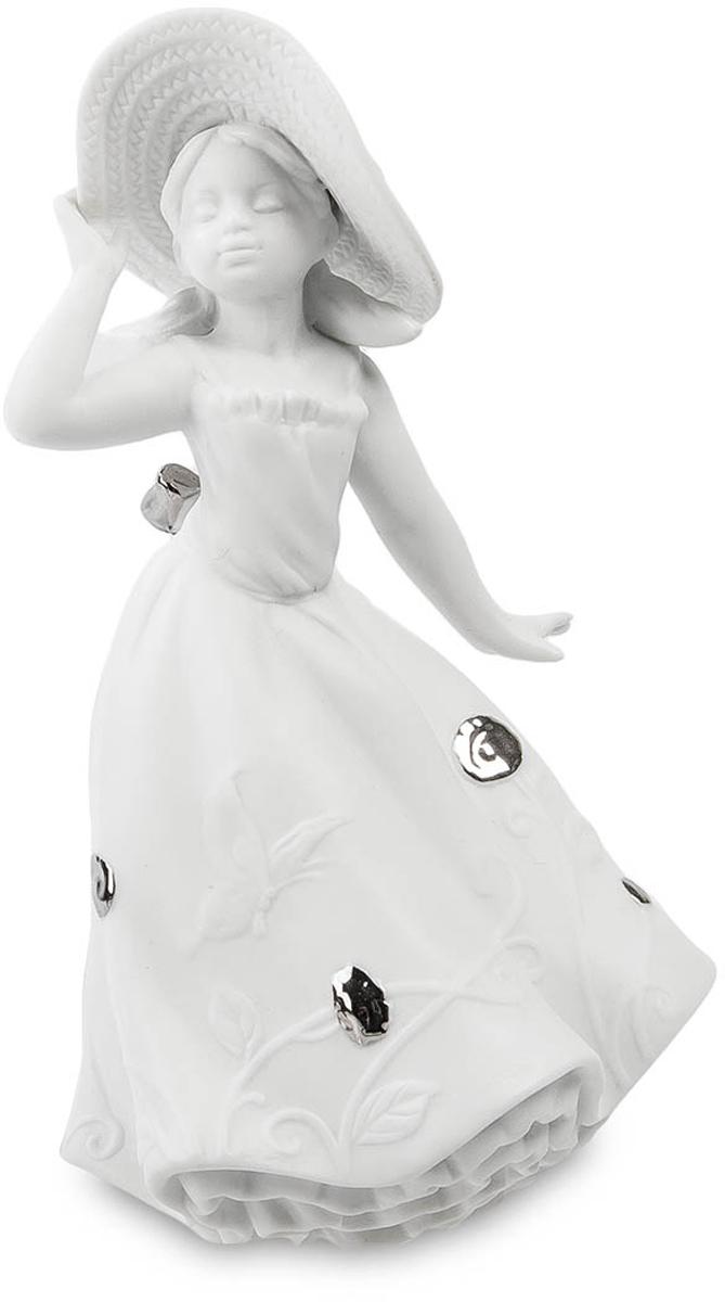 Статуэтка Pavone Юная Леди. JP-48/13UP210DFСтатуэтка Девочки высотой 19 см.С такой милой шляпкой никакое солнце в поле не страшно!Эта юная леди не боится ничего. Ей покорны все. Ей дозволено многое. Она смела и бесстрашна, она свободна и любопытна... Впрочем, как и все дети этого возраста. Изящная фарфоровая фигурка маленькой девочки очень интересна и мила. Скульптор поймал тот удивительный миг, когда девочка как будто задумалась, остановившись на одно мгновение на самом солнцепеке. Летящее длинное платье, украшенное необычными металлическими бляшками и шикарным бантом сзади, большая широкополая шляпа, которую того и гляди, унесет порывом ветерка, задумчиво прикрытые глаза и мечтательное выражение лица придают статуэтке необычайную женственность. Кокетливо отставленная в сторону ладошка дает понять, что со временем из девочки вырастет настоящая похитительница мужских сердец. Кажется, что это - Галатея, которая вот-вот дождется своего Пигмалиона. Но, осторожно, с такой романтичной особой, как наша Юная леди - шутки плохи! Кокетка, баловница, одним словом - само очарование и невинность!