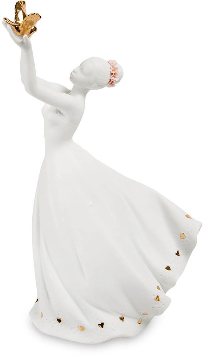 Статуэтка Pavone Леди. JP-48/15JP-48/15Статуэтка Девушки высотой 26 см. Во все времена считалось, что животные и растения могут общаться только с самыми чистыми с безгрешными людьми. Красивая девушка в развевающемся на ветру белом платье встречает на ладони из полета золотую птицу. Эта птица, распахнувшая золотые крылья, является единственным ярким местом, центром всей композиции. Все остальное решено в белом цвете – только на голове у девушки бледно-розовый венок, да вдоль нижней кромки платья – мелкие золотистые блестки в виде сердечек. Похоже, что это – птица счастья, которая сама прилетела к девушке, символ богатства, удачи, успеха. Подарите статуэтку имениннице с пожеланием, чтобы и ее не миновала эта птица, сделав счастливой всю дальнейшую жизнь. Ведь даже самой красивой девушке немного удачи в жизни не помещает!
