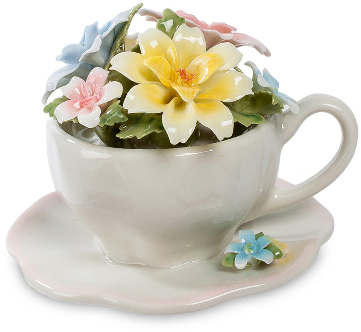 Композиция Pavone Чаша. Весенние цветы. CMS-33/41CMS-33/41Композиция чаша Весенние цветы (Pavone) В чем может расположиться цветочная композиция? В вазе, в корзине – это привычно. А эта подборка ярких весенних цветов нашла себе место в чашке! Обычной чайной чашке с блюдечком, из аккуратного розового фарфора. Но для чаепития она явно не подойдет, ее назначение – радовать всех окружающих красотой цветов. Фарфоровые лепестки напоминают живые, на столе такой букетик будет прекрасно заметен, но не заслонит участников чаепития друг от друга. Превосходный подарок, который украсит комнату, а на праздники станет главной цветочной композицией, найдя себе место среди обычных чашек с чаем.