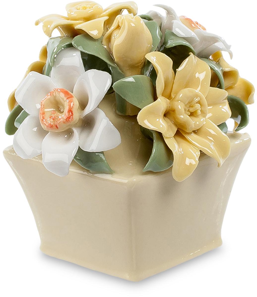 Цветочная композиция Pavone Нарцисс. CMS-33/49UP210DFЦветочная композиция Нарцисс (Pavone) Эта миниатюрная цветочная композиция – превосходный сувенир, напоминающий о лете и о том, кто вам подарит этот фарфоровый букетик. Цветы и листья выполнены настолько тщательно, что кажутся живыми, хотя на самом деле эти белые и желтоватые нарциссы изготовлены из тончайшего фарфора. Пусть эта коробочка с цветами такая маленькая, все равно, глядя на нее, вы будете вспоминать время, когда распускаются цветы. В комнате станет теплее, и радость вернется в вашу душу. Эти цветы никогда не завянут, им стоять годы, оставаясь свежими и яркими среди любых невзгод и холодов. Это – тот редкий случай, когда искусственные цветы не уступают настоящим.