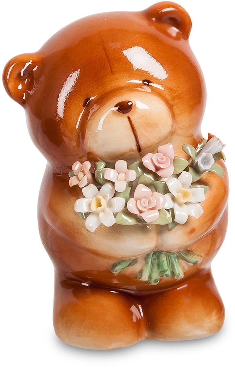 Фигурка Pavone Мишка с букетом. CMS-60/ 2CMS-60/ 2Фигурка Мишка с букетом (Pavone) Простой и симпатичный фарфоровый сувенир – маленький медвежонок с большим букетом цветов. Он принес их в подарок и немного смущается, собираясь вручить. Цветы, как и вся фигурка, выполнены из фарфора, но их тоненькие лепестки кажутся живыми. Собираясь подарить кому-то букет цветов, помните о том, что они через несколько дней завянут. А такой букет в лапах медвежонка будет долго напоминать о подарке. Подарить букет иногда кажется неудобным, слишком откровенно он скажет о симпатии к тому, кому предназначен. А вот медвежонок – простой сувенир, но присутствие в нем букета говорит о том же самом, но чуть-чуть завуалированно.