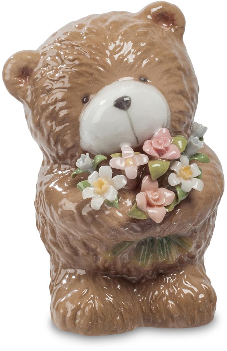 Фигурка Pavone Мишка с букетом. CMS-60/ 6CMS-60/ 6Фигурка Мишка с букетом (Pavone) Этот маленький фарфоровый медвежонок принес в подарок цветы. Целую охапку маленьких фарфоровых цветочков с тончайшими разноцветными лепестками. И смотрит немного грустно: ведь не от своего имени он вручает этот букет. Он всего лишь посредник, но зато делать это он будет каждый день. Давно завянут подаренные на день рождения цветы, а медвежонок все также будет радовать свежими яркими цветами – круглый год, независимо от погоды. Приятный маленький сувенир будет о вас напоминать долго, принося охапку радости и праздничного настроения. И не смотрите, что медвежонок грустный, он ведь здесь не при чем!