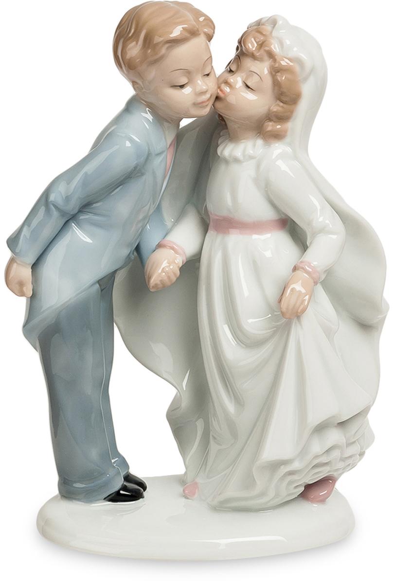 Статуэтка Pavone пара Торжественный поцелуй. JP-15/44JP-15/44Фигурка Детей высотой 21 см. (детей-молодожёнов?) Под барабанную дроюь и фанфары юный жених целует свою юную невесту! Молодожены закрепляют свой только что созданный брачный союз торжественным поцелуем. Они еще стесняются окружающих, да и самих себя, целуясь целомудренно – в щечку. Но все еще впереди, поцелуи станут жаркими, движения рук смелыми, объятия крепкими. Но всему начало положит этот вот робкий поцелуй. Не зря молодожены показаны в образе детей – они пока еще совсем дети в вопросах семейных отношений, им еще предстоит взрослеть и набираться опыта. Подарок особенно хорош к свадьбе, но и к ее годовщине паре будет неплохо вспомнить о том, какими робкими они когда-то были… И посмотреть с высот своего жизненного опыта на самый исток своих взаимоотношений.