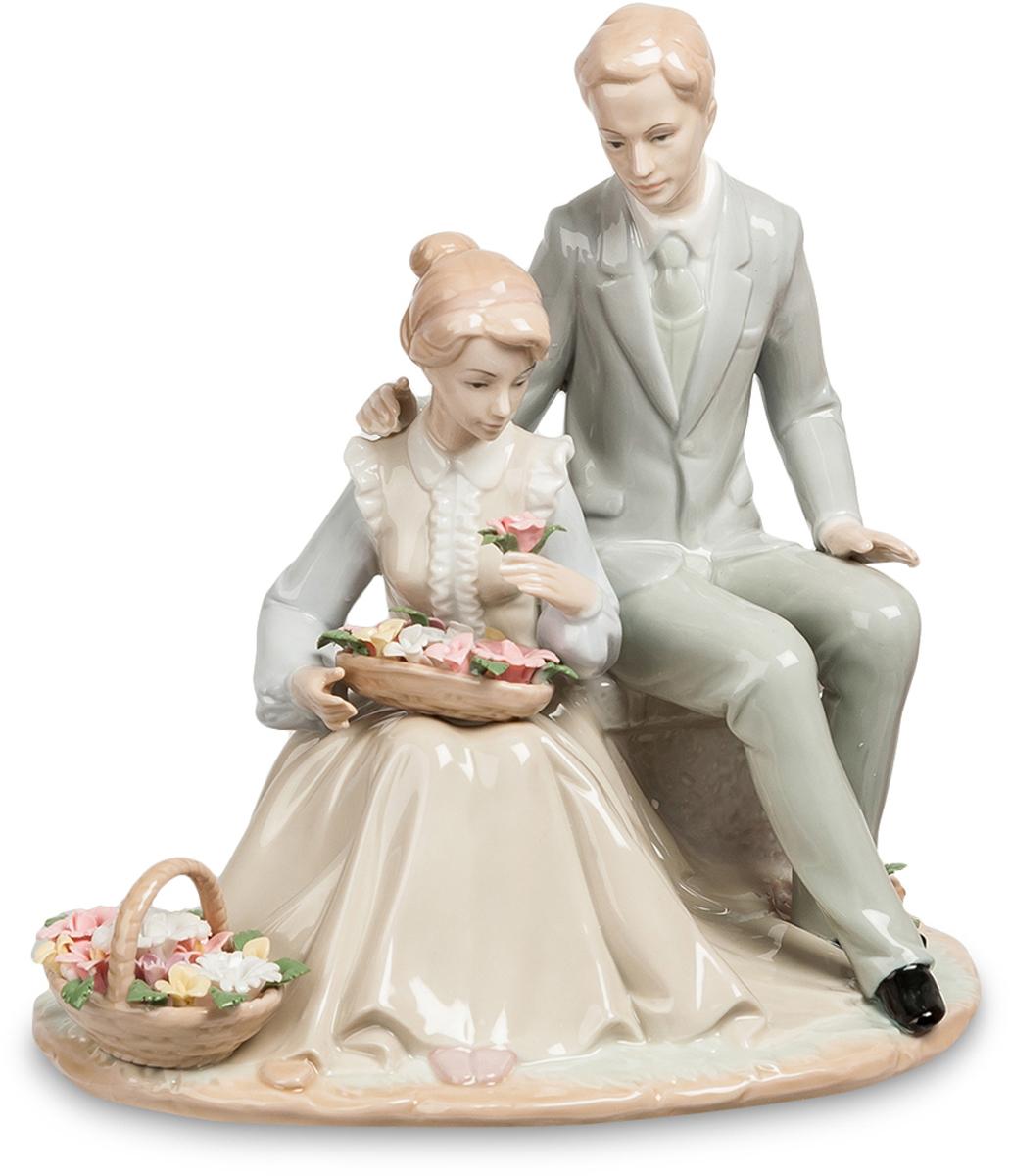 Статуэтка Pavone пара Цветы для Любимой. JP-15/46JP-15/46Статуэтка Молодожёнов высотой 24 см. Любимые цветы моей любимой жены. Женщины очень любят знаки внимания, и расцветают, как бутоны прекрасных цветов, окруженные знаками внимания окружающих мужчин или одного-единственного, но любимого человека. Без эмоционального движения жизнь на этой планете напоминала бы ад; женщины знают об этом и с удовольствием поощряют кавалеров на маленькие, но приятные подарки. Статуэтка Цветы для любимой, сделанная их фарфора и раскрашенная красками пастельных тонов, изображает молодую пару – мужчину и возлюбленную, которой он только что преподнес две большие корзинки ароматных роз. Пара выглядит вполне современно: судя по костюмам, молодые люди любили друг друга в середине прошлого века. На мужчине строгий элегантный костюм, на девушке – длинное бежевое платье с белыми оборками и голубая блузка. У молодых людей приятные, спокойные лица и красивые прически. Композиция расположилась на круглой тонкой подставке, а влюбленная пара – на...