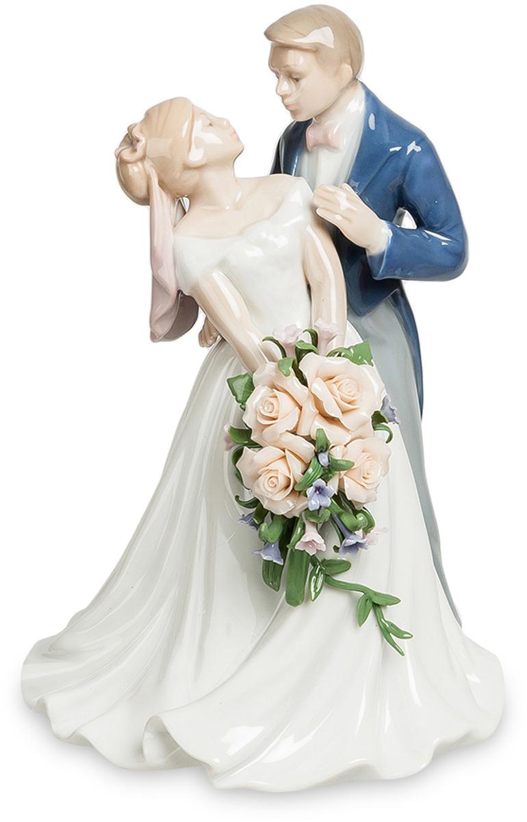 Статуэтка Pavone пара Венчальный день. JP-15/48JP-15/48Статуэтка Молодожёнов высотой 18 см. Мужчины устраивали войны из-за женщин. А вот женщины могут устроить войну из-за букета невесты. Статуэтка Венчальный день - это очень романтичная статуэтка изготовлена из высококачественного фарфора, покрытого глянцевой глазурью и орнаментами акриловых красок. На статуэтке изображены влюбленные молодожены. Статуэтка может быть прекрасным подарком на свадьбу. Этот день всегда является самым радостным и незабываемым для виновников праздника. В день свадьбы два сердца сливаются в одно, на небе зажигается новая звезда и рождается молодая семья. Свадьба – это не просто праздник, это событие всей жизни. Статуэтка Венчальный день будет каждый день напоминать о минутах радости этого торжественного дня.