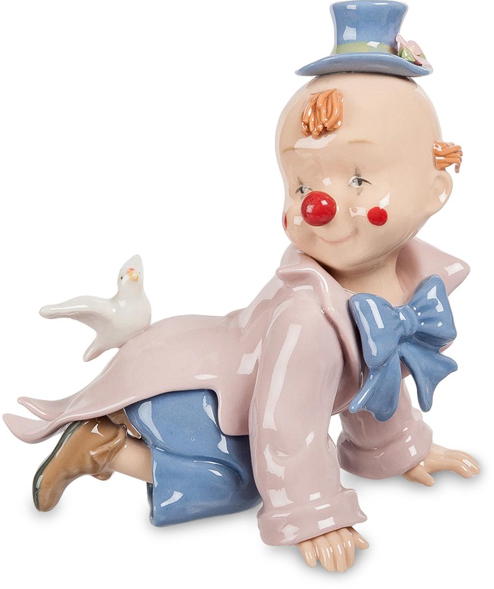Фигурка Pavone Клоун. CMS-23/46CMS-23/46Фигурка Клоун (Pavone) Фигурки и статуэтки должны не только украшать интерьер, но и дарить своим владельцам радость и счастье. Например, как фигурка Клоун, входящая в коллекцию торговой марки Pavone. Среди тысяч других подобных интерьерных украшений эту фигурку выделяет чрезвычайная утонченность, легкость и оригинальность. Героем этой композиции является милый малыш, одетый в яркий клоунский фрак и шляпу. На спине у малыша сидит белоснежный голубь, который словно охраняет и оберегает его. Фигурка Клоун, изготовленная из тонкого фарфора, расписана нежной розово-голубой цветовой гаммой. Благодаря удачному цветовому сочетанию и невероятно привлекательному дизайну это изделие станет достойным подарком к любому жизненному празднику и прекрасным интерьерным украшением.