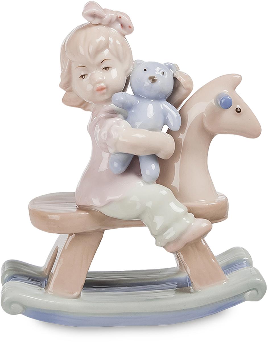 Фигурка Pavone Девочка на лошадке. JP-36/18UP210DFКрасивая фигурка Девочка на лошади выглядит привлекательно и мило. Довольный ребёнок решил прокатить свою самую любимую игрушку на деревянной лошадке. Девочка прижимает к груди мишку и смотрит куда-то вдаль. Эту картину часто могут наблюдать родители, когда у них подрастают детки. Создатель статуэтки решил выполнить фигурку в светлых и естественных тонах, без ярких линий и броского декора. Именно благодаря их отсутствию, фарфоровое изделие выглядит особенно нежным. Сочетание голубого оттенка с бежевым цветом придают фигуре необыкновенный стиль. Такую статуэтку можно подарить родителям, маме или самому ребенку, когда он подрастет, как напоминание о том славном времени весёлого детства. Фигурка выполнена из качественного фарфора. Она не испортится со временем и достойно украсит детскую комнату или станет частью коллекции фарфоровых статуэток.