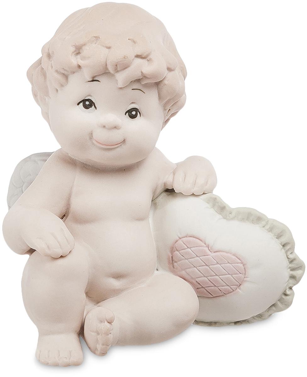 Фигурка Pavone Ангелочек. JP-48/25JP-48/25Фигурка Ангелочек бисквит (Pavone) Фигурка Ангелочек, сделанная из бисквитного фарфора, изображает маленького мальчика с белыми крыльями. Он слишком мал и еще не успел превратиться в Амура, ранящего сердца людей стрелами любви, но уже изучает человеческую анатомию: под его правой рукой – подушечка в форме сердца, украшенная розовым сердечком в центре. У мальчика кудрявые волосы, проницательные черные глаза и радостная улыбка на устах. Он изображен в сидячей позе, в которой часто можно увидеть маленьких детей. Наивное выражение лица ребенка многим напомнит о собственных детях, которые также вели себя по-ангельски в раннем детстве. Ангелочка можно подарить молодой маме, бабушке, а также собственным родителям. Фигурка будет лучше всего смотреться в спальне, но ее можно разместить и в других комнатах, обставленных светлой мебелью в пастельных тонах.