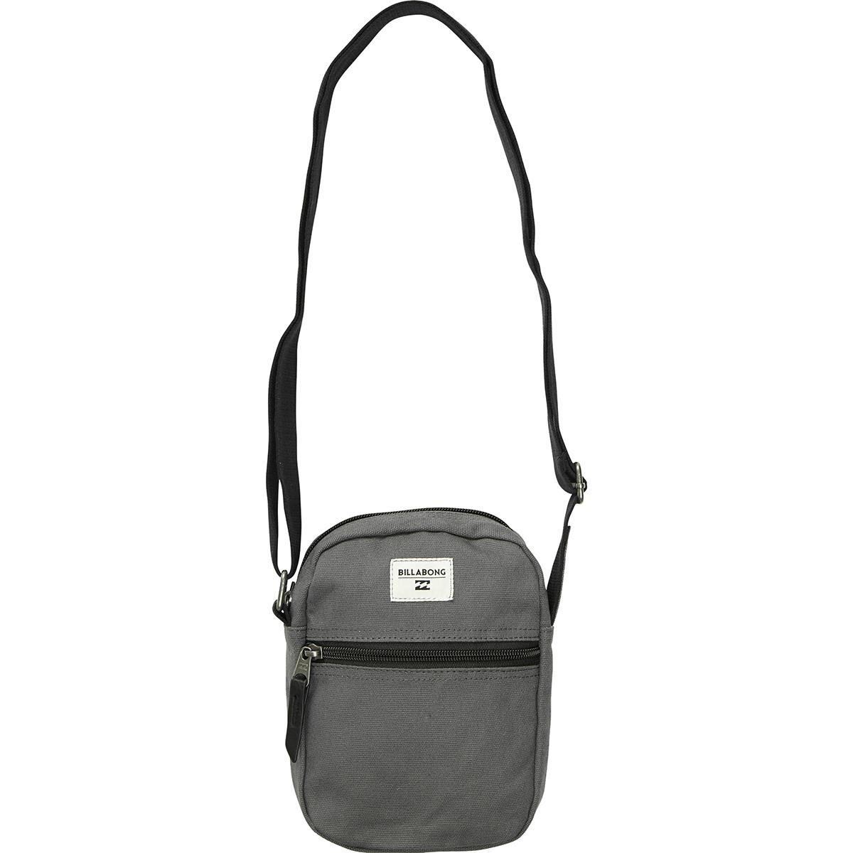 Сумка Billabong Collision, цвет: черный, 1,5 л. Z5SA02Z5SA02Вместительная сумка с простой внутренней организацией. Лаконичный крой, дополненный внутренним карманом на молнии, который позволит быстро находить необходимые мелочи, позволит вместить множество вещей.