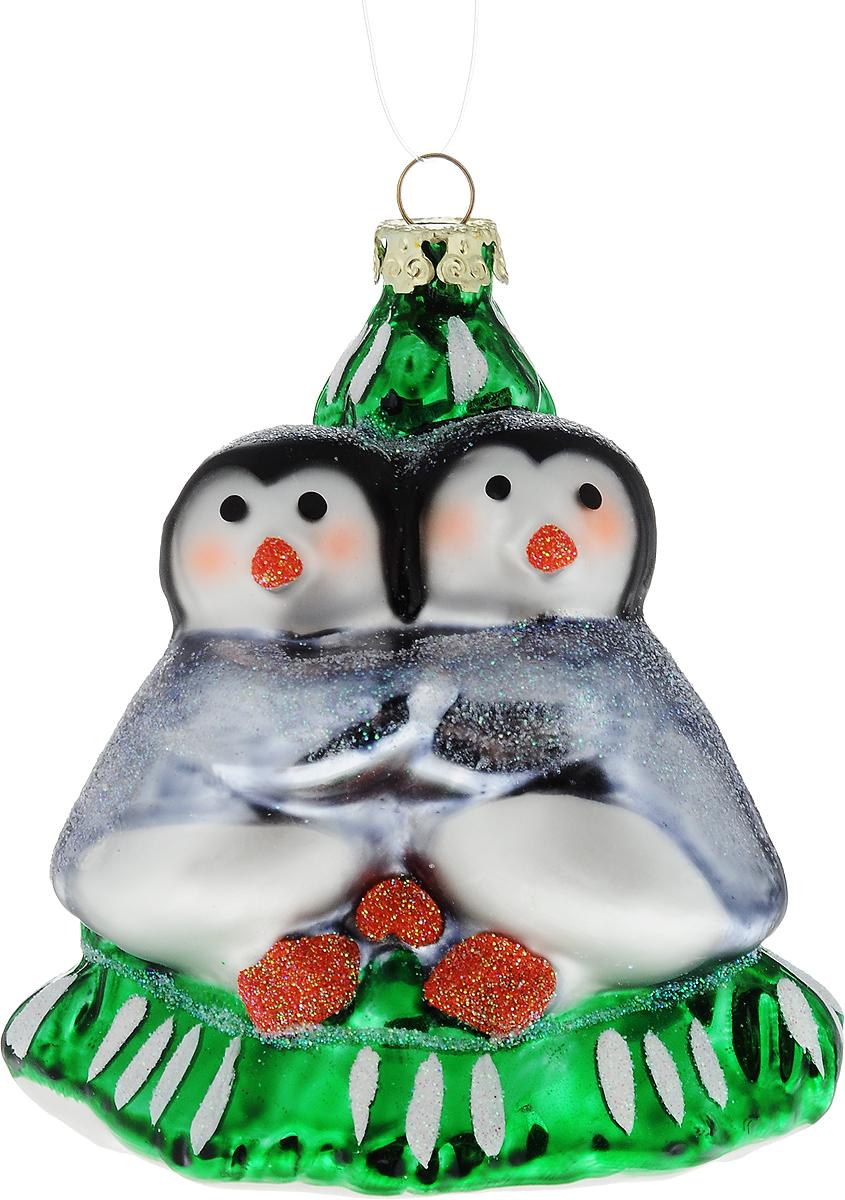 Украшение новогоднее подвесное Winter Wings Пингвины у елки, 10 х 8 х 8 см531-401Новогоднее подвесное украшение Winter Wings Пингвины у елки выполнено из стекла в виде пингвинов у елки. С помощью специальной петельки украшение можно повесить в любом понравившемся вам месте. Но, конечно, удачнее всего оно будет смотреться на праздничной елке.Елочная игрушка - символ Нового года. Она несет в себе волшебство и красоту праздника. Создайте в своем доме атмосферу веселья и радости, украшая новогоднюю елку нарядными игрушками, которые будут из года в год накапливать теплоту воспоминаний.
