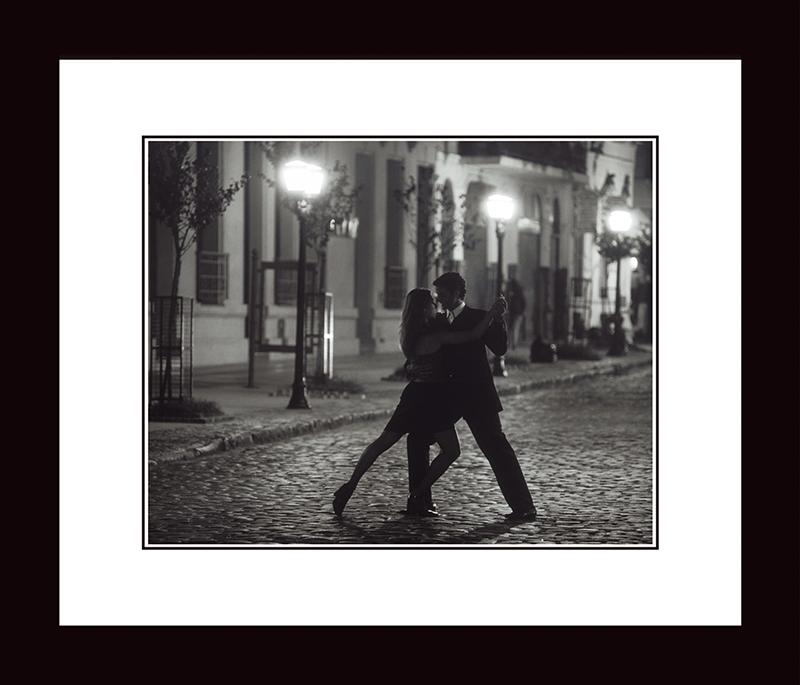 Картина Postermarket Танго в Буенос-Айресе, 33 х 40 см. NI 16NI 16Картина Postermarket Танго в Буенос-Айресе прекрасно подойдет для декора интерьера различных помещений. Постер, выполненный в технике фотопечать, обрамлен паспарту и оформлен багетом черногоцвета. Картина для интерьера (постер) - это современное и актуальное направление в дизайне помещений. Ее можно использовать для оформления любых помещений (дом, квартира, офис, бар, кафе, ресторан или гостиница). работоспособность. Правильное оформление интерьера создает благоприятный психологический климат, улучшает настроение и мотивирует. Размер картины: 330 x 400 мм.
