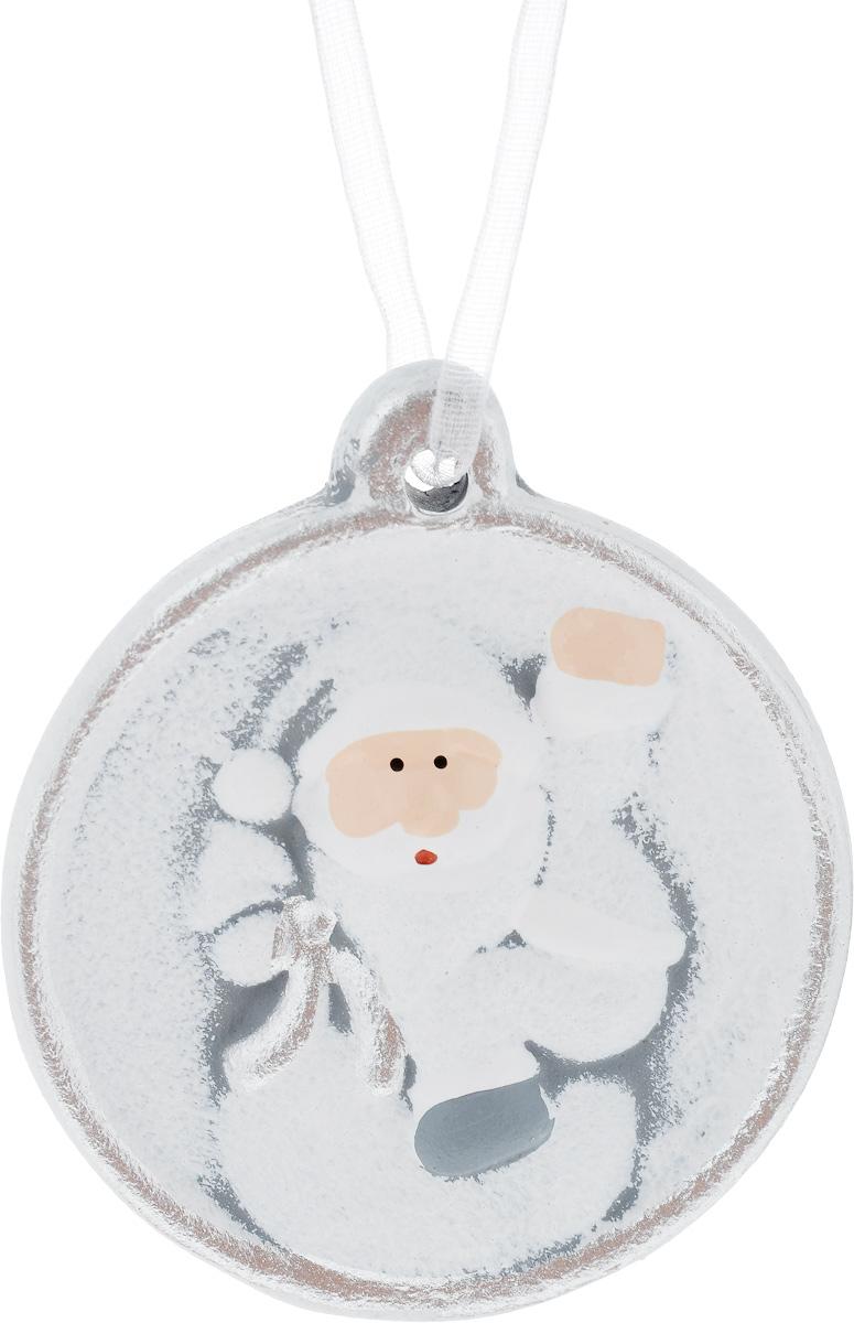 Украшение новогоднее подвесное House & Holder Дед Мороз, 6,5 х 1,5 х 7,3 смKK11274BНовогоднее подвесное украшение House & Holder Дед Мороз выполнено из керамики. С помощью специальной петельки украшение можно повесить в любом понравившемся вам месте. Но, конечно, удачнее всего оно будет смотреться на праздничной елке. Елочная игрушка - символ Нового года. Она несет в себе волшебство и красоту праздника. Создайте в своем доме атмосферу веселья и радости, украшая новогоднюю елку нарядными игрушками, которые будут из года в год накапливать теплоту воспоминаний. Размер: 6,5 х 1,5 х 7,3 см.