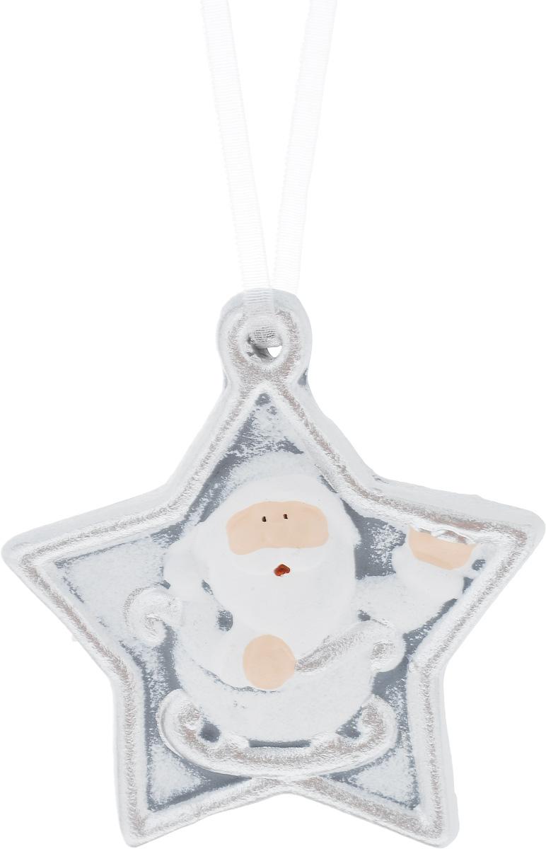 Украшение новогоднее подвесное House & Holder Дед Мороз, 7 х 8 смKK11294BНовогоднее подвесное украшение House & Holder Дед Мороз выполнено из керамики. С помощью специальной петельки украшение можно повесить в любом понравившемся вам месте. Но, конечно, удачнее всего оно будет смотреться на праздничной елке. Елочная игрушка - символ Нового года. Она несет в себе волшебство и красоту праздника. Создайте в своем доме атмосферу веселья и радости, украшая новогоднюю елку нарядными игрушками, которые будут из года в год накапливать теплоту воспоминаний. Размер: 7 х 1 х 8 см.