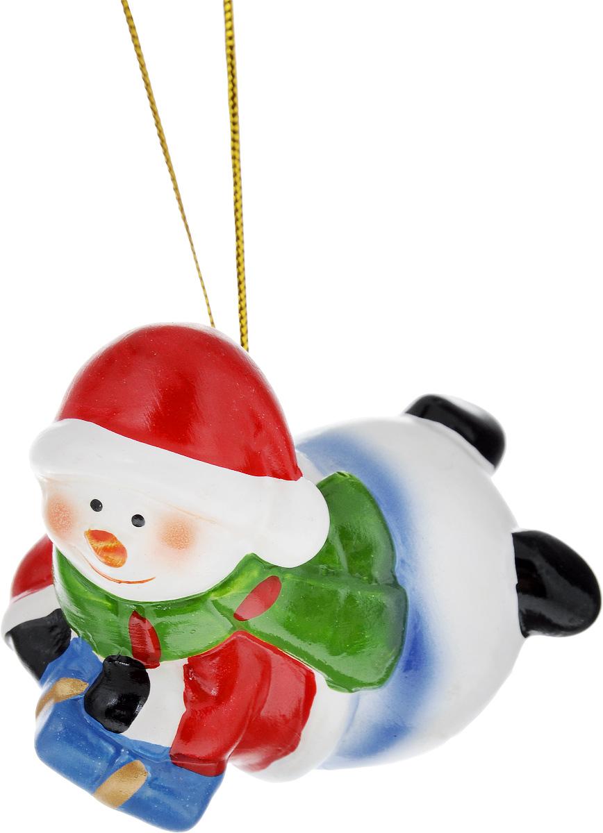 Украшение новогоднее подвесное House & Holder Снеговик, высота 5,5 смHY11764Новогоднее подвесное украшение House & Holder Снеговик выполнено из керамики. С помощью специальной петельки украшение можно повесить в любом понравившемся вам месте. Но, конечно, удачнее всего оно будет смотреться на праздничной елке. Елочная игрушка - символ Нового года. Она несет в себе волшебство и красоту праздника. Создайте в своем доме атмосферу веселья и радости, украшая новогоднюю елку нарядными игрушками, которые будут из года в год накапливать теплоту воспоминаний. Размер: 7 х 4,5 х 5,5 см.