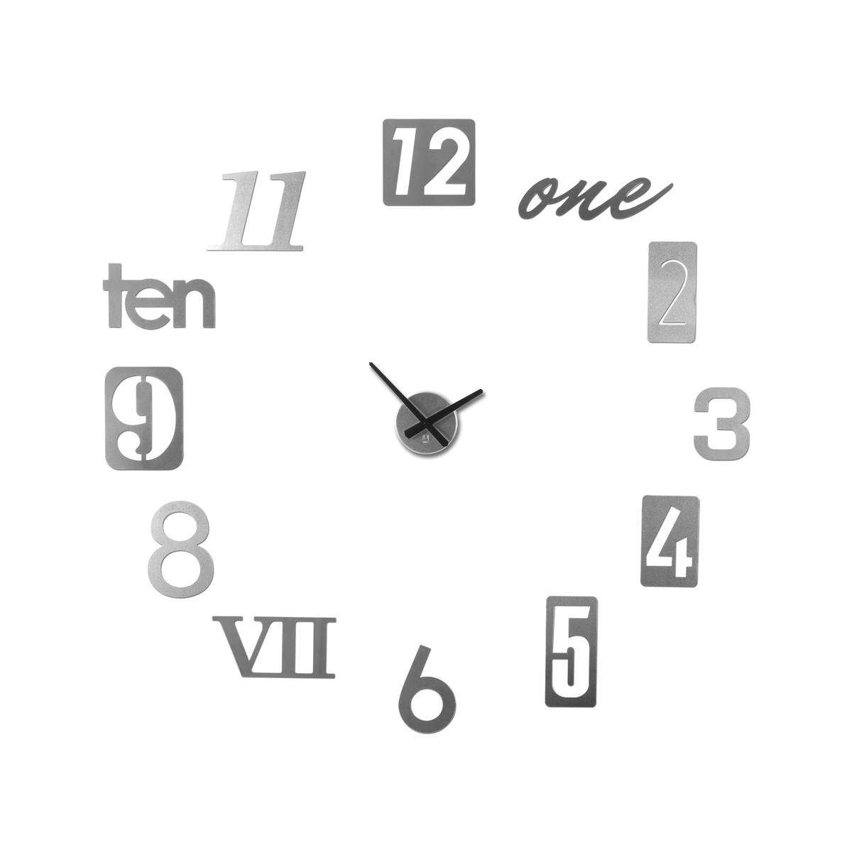 Часы настенные Umbra Numbra118430-008Вдохновением к созданию таких необычных часов послужили таблички с номерами домов на туманных английский улочках. Каждый элемент часов Numbra крепится отдельно, таким образом вы можете сами решить, на каком расстоянии цифры будут располагаться друг относительно друга, будут ли они кругом, ромбом, треугольником. Можно расположить их близко по трафарету, который идет в комплекте, а можно на расстоянии, задействовав все пространство любой скучной и пустой стены. В комплекте 12 металлических цифр, механизм со стрелками, трафарет, а также специальная монтажная липучка для крепления часов к стене. Механизм работает при помощи двух батареек АА. Таблички с цифрами делятся на три вида по размеру: 22.9 х 7.6 см, 17.8 х 17.8 см и 15.2 х 10.7 см