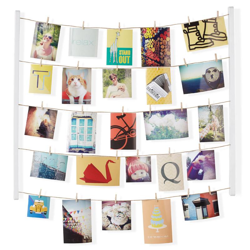 Панно с зажимами Umbra Hangit, цвет: белый, для 40 фотографий315000-660Для натур творческих пары рамочек для фото недостаточно. Мы понимаем и поддерживаем ваш размах - фотографий должно быть много. Снимки из путешествий, с семейных посиделок, дружеские фото - пусть все это красиво оформляет стену вашего дома и дарит радость и вдохновение. В держателе 5 нитей, на которые вы можете крепить фотографии вертикально или горизонтально - открытки, письма, засушенные цветы и многое другое. В комплекте 40 прищепок, которые помогут в создании индивидуальной композиции (их можно покрасить или декорировать наклейками). Композицию легко менять под настроение.