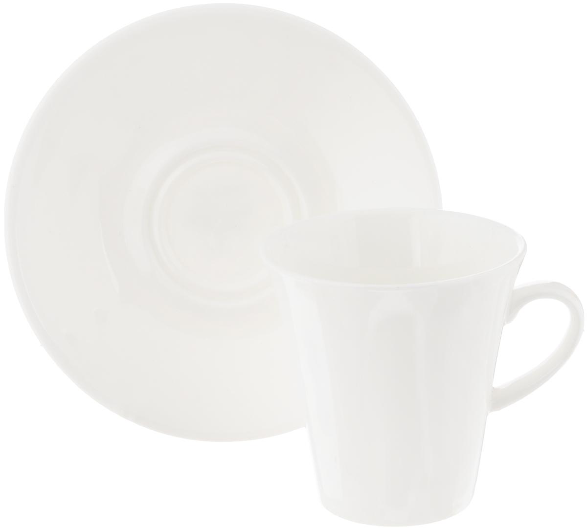 Кофейная пара Wilmax, 2 предмета. WL-993005 / ABWL-993005 / ABКофейная пара Wilmax состоит из чашки и блюдца. Изделия выполнены из высококачественного фарфора, покрытого слоем глазури. Изделия имеют лаконичный дизайн, просты и функциональны в использовании. Кофейная пара Wilmax украсит ваш кухонный стол, а также станет замечательным подарком к любому празднику. Изделия можно мыть в посудомоечной машине и ставить в микроволновую печь. Объем чашки: 160 мл. Диаметр чашки (по верхнему краю): 7,5 см. Высота чашки: 7,5 см. Диаметр блюдца: 13 см.
