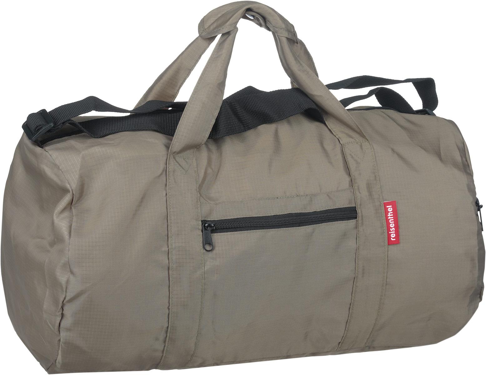 Сумка дорожная Reisenthel, складная, цвет: серо-оливковый. AM7031AM7031Стильная дорожная сумка Reisenthel выполнена из текстиля. Изделие имеет одно отделение, которое закрывается на застежку-молнию. Внутри находится нашивной карман на застежке-молнии, в который изделие легко складывается. Снаружи, на передней стенке и сбоку расположены два накладных кармана на застежках-молниях. Сумка оснащена двумя удобными ручками и регулируемым наплечным ремнем.
