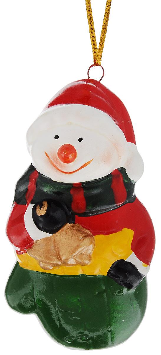 Украшение новогоднее подвесное House & Holder Снеговик с колокольчиком, высота 7,5 смA6483LM-6WHНовогоднее подвесное украшение House & Holder Снеговик с колокольчиком выполнено из керамики. С помощью специальной петельки украшение можно повесить в любом понравившемся вам месте. Но, конечно, удачнее всего оно будет смотреться на праздничной елке.Елочная игрушка - символ Нового года. Она несет в себе волшебство и красоту праздника. Создайте в своем доме атмосферу веселья и радости, украшая новогоднюю елку нарядными игрушками, которые будут из года в год накапливать теплоту воспоминаний.Размер: 4 х 3,5 х 7,5 см.