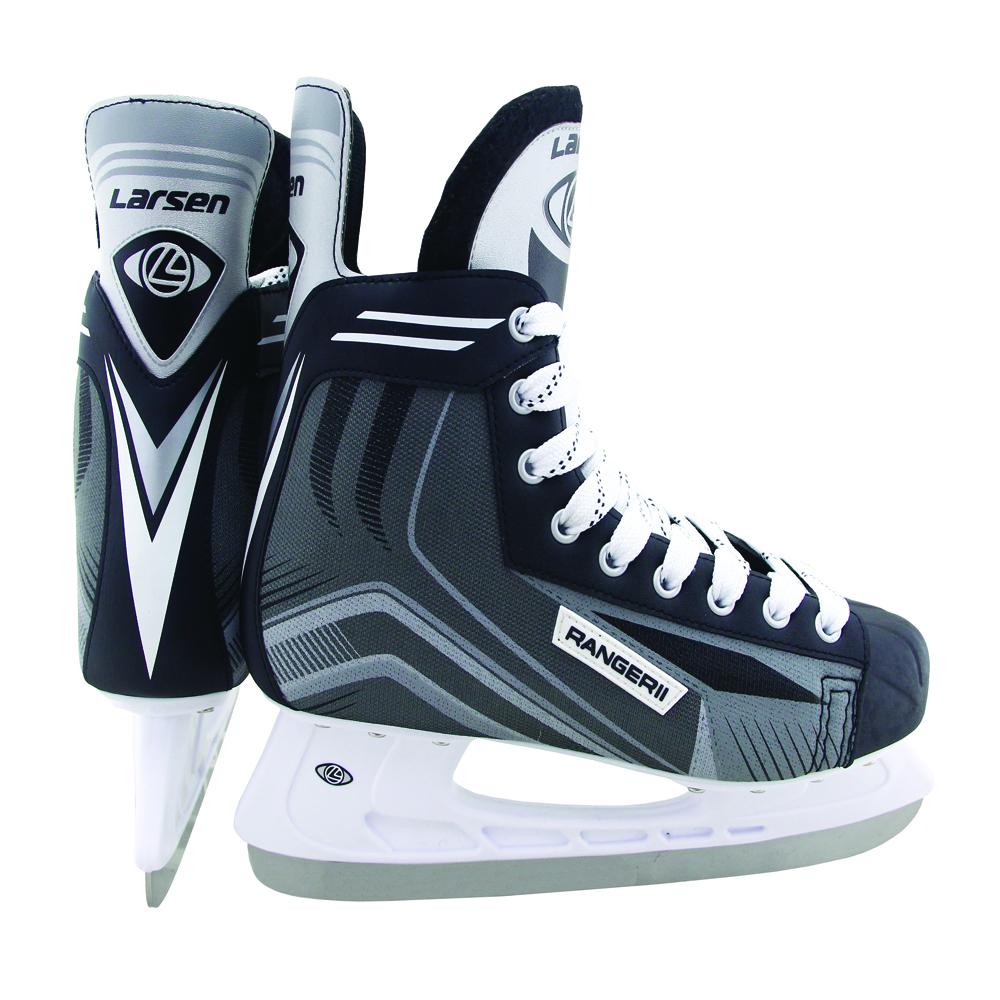 Коньки хоккейные мужские Larsen Ranger 11, цвет: черный, белый, серый. 338445. Размер 41Atemi Force 3.0 2012 Black-GrayХоккейные коньки Ranger 11 от Larsen прекрасно подойдут для начинающих игроков в хоккей. Ботинок выполнен из морозоустойчивого поливинилхлорида и нейлона плотностью 800D. Мыс из полипропилена защитит ноги от ударов. Внутренний слой изготовлен из вельвета, который обеспечит тепло и комфорт во время катания, язычок из войлока имеет анатомическую форму. Плотная шнуровка надежно фиксирует модель на ноге. Удобный суппорт голеностопа. Стелька из материала EVA обеспечит комфортное катание. Стойка выполнена из ударопрочного полипропилена. Лезвие из высокоуглеродистой стали жесткостью HRC 50-52 обеспечит превосходное скольжение.