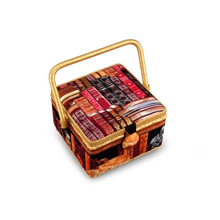 Шкатулка для рукоделия RTO. 3880-RT-27FS-91909Оформление корпуса: ткань, оплетка под соломку по нижнему и верхнему краюТкань: 100% хлопокРучка: оплетка под соломкуНаполнение: пластиковый органайзер для швейных принадлежностей,кармашек для мелочей, игольница