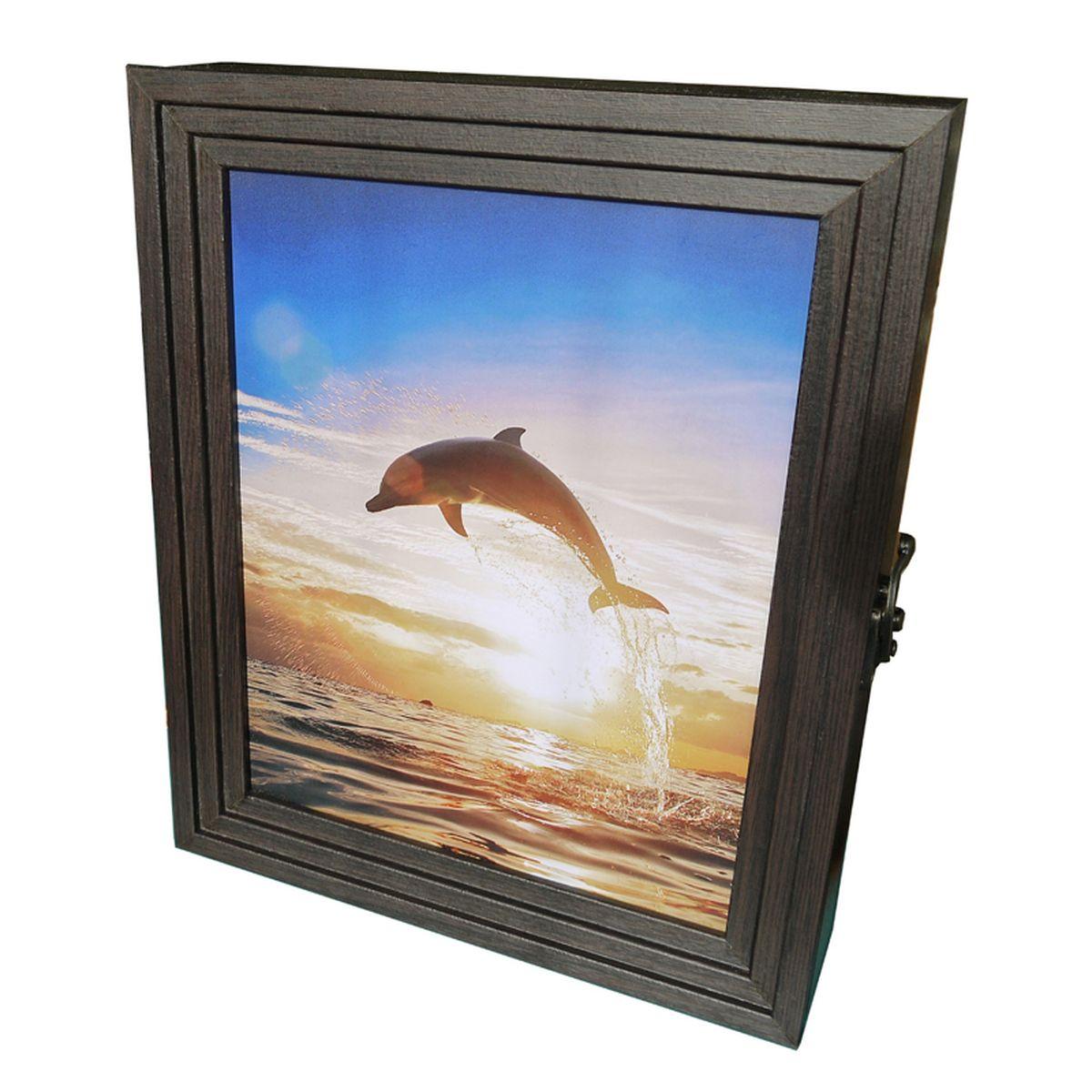 Вешалка-ключница Milarte Лайн, 30 х 25 х 5 см. KLV-108002KLV-108002Вешалка-ключница Milarte Лайн, выполненная из МДФ, ПВХ и бумаги, украсит интерьер помещения, а также поможет создать атмосферу уюта. Ключница, декорированная оригинальным изображением, станет не только украшением вашего дома, но и послужит функционально: она представляет собой ящичек, внутри которого предусмотрено семь металлических крючков для ключей, расположенных в два ряда. Дверца изделия фиксируется к корпусу на крючок. Вешалка-ключница подвешивается на стену, крепежные элементы входят в комплект. Украсив помещение такой необычной ключницей, вы привнесете в свой интерьер элемент оригинальности. Можно протирать сухой, мягкой тканью. Размер ключницы: 30 х 25 х 5 см. Внутренний размер вешалки-ключницы: 23,5 х 29 х 3,5 см. Расстояние между рядами: 8 см.