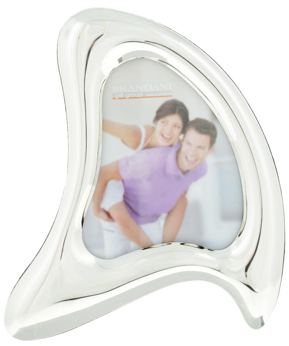 Фоторамка Brandani Робин, цвет: серебристый, 10 х 10 см56206Фоторамка Brandani Робин, выполненная из пластика, имеет оригинальный дизайн. Оборотная сторона рамки оснащена специальной ножкой, благодаря которой ее можно поставить на стол или любое другое место в доме или офисе. Также изделие оснащено креплениями для подвешивания на стену. Такая фоторамка поможет вам оригинально и стильно дополнить интерьер помещения, а также позволит сохранить память о дорогих вам людях и интересных событиях вашей жизни. Размер фоторамки: 16 х 20 см. Подходит для фотографий размером: 10,5 х 12,5 см.