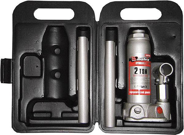 Домкрат гидравлический бутылочный Matrix, 3 т, высота подъема 194–372 мм, в пластиковом кейсе50752Гидравлический домкрат MATRIX MASTER с клапаном безопасности предназначен для подъема груза массой до 3 тонн. Домкрат является незаменимым инструментом в автосервисе, часто используется при проведении ремонтно-строительных работ. Минимальная высота подхвата домкрата MATRIX MASTER составляет 19,4 см. Максимальная высота, на которую домкрат может поднять груз, составляет 37,2 см. Этой высоты достаточно для установки жесткой опоры под поднятый груз и проведения ремонтных работ. Клапан безопасности предотвращает подъем груза, масса которого превышает массу заявленную производителем. ВНИМАНИЕ! Домкрат не предназначен для длительного поддерживания груза на весу либо для его перемещения. Перед подъемом убедитесь, что груз распределен равномерно по центру опорной поверхности домкрата. Масса поднимаемого груза не должна превышать массу, указанную производителем. Домкрат во время работы должен быть установлен на горизонтальной ровной и твердой поверхности. После поднятия груза необходимо...