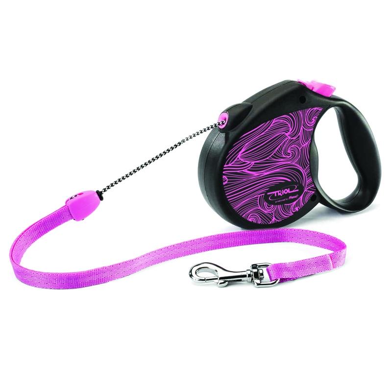 Поводок-рулетка Triol Colour, цвет: розовый, до 12 кг, 5 м. Размер SFDL026Рулетки для собак flexi – это безусловное качество, подкрепленное многолетним опытом, которое теперь доступно и поклонникам бренда TRIOL. Идеальное исполнение, прочный и, в то же время, приятный на ощупь пластик, запатентованный тормозной механизм и легендарная надежность стали более доступны благодаря сотрудничеству российской компании и немецкого производителя. Рулетки новой коллекции производятся в Германии, собираются вручную и проходят десятки проверок качества перед выпуском с завода. Компания flexi предоставляет два года гарантии. Эта оригинальная рулетка серии Colour порадует вас креативным дизайном с ярким принтом в виде абстрактных волн и дополнительными цветными элементами, выполненными в общей стилистике изделия. Длина троса: 5м Максимальная нагрузка: 12кг Цвет рулетки: черный, цвет рисунка: розовый