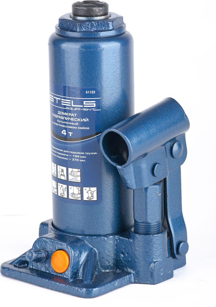 Домкрат гидравлический бутылочный Stels, 4 т, высота подъема 194–372 мм, в пласт. кейсе51123Гидравлический домкрат STELS с клапаном безопасности предназначен для подъема груза массой до 4 тонн. Домкрат является незаменимым инструментом в автосервисе, часто используется при проведении ремонтно-строительных работ. Минимальная высота подхвата домкрата STELS составляет 19,4 см. Максимальная высота, на которую домкрат может поднять груз, составляет 37,2 см. Этой высоты достаточно для установки жесткой опоры под поднятый груз и проведения ремонтных работ. Клапан безопасности предотвращает подъем груза, масса которого превышает массу заявленную производителем. Также домкрат оснащен магнитным собирателем, исключающим наличие стружки в масле цилиндра, что значительно сокращает риск поломки домкрата. Поставляется в удобном пластиковом кейсе. ВНИМАНИЕ! Домкрат не предназначен для длительного поддерживания груза на весу либо для его перемещения. Перед подъемом убедитесь, что груз распределен равномерно по центру опорной поверхности домкрата. Масса поднимаемого груза не должна превышать...