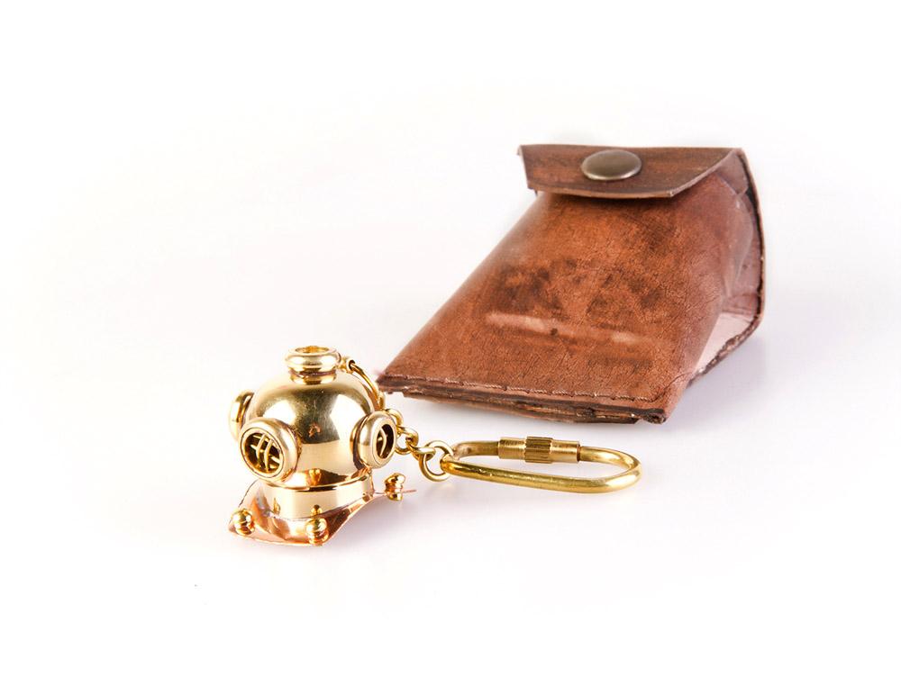 Брелок Veber Водолазный шлем, цвет: золотой19579Плох тот дайвер, который не мечтает стать водолазом! Мечты сбываются с брелком «водолазный шлем»! ОПИСАНИЕ Материал — бронза Материал футляра — натуральная кожа Вес — 42 гр.