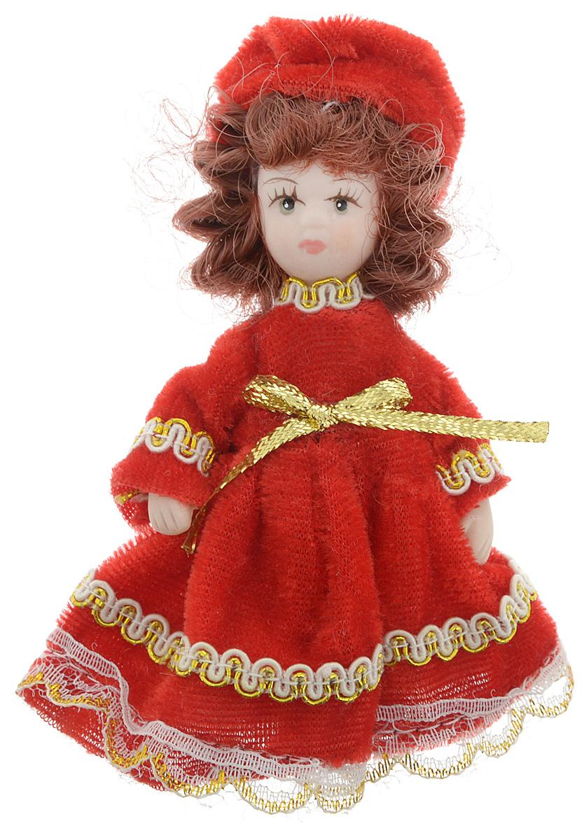 Фигурка декоративная Lovemark Кукла, цвет: красный, золотистый, высота 10 смA6483LM-6WHФигурка декоративная Lovemark Кукла изготовлена из керамики в виде куклы с кудрявыми каштановыми волосами, большими глазами и ресницами. Куколка одета в длинное бархатное платье, декорированное золотистой тесьмой и бантиком, и шапочку. Вы можете поставить фигурку в любое место, где она будет красиво смотреться и радовать глаз. Кроме того, она станет отличным сувениром для друзей и близких. А прикрепив к ней петельку, такую куколку можно подвесить на елку.