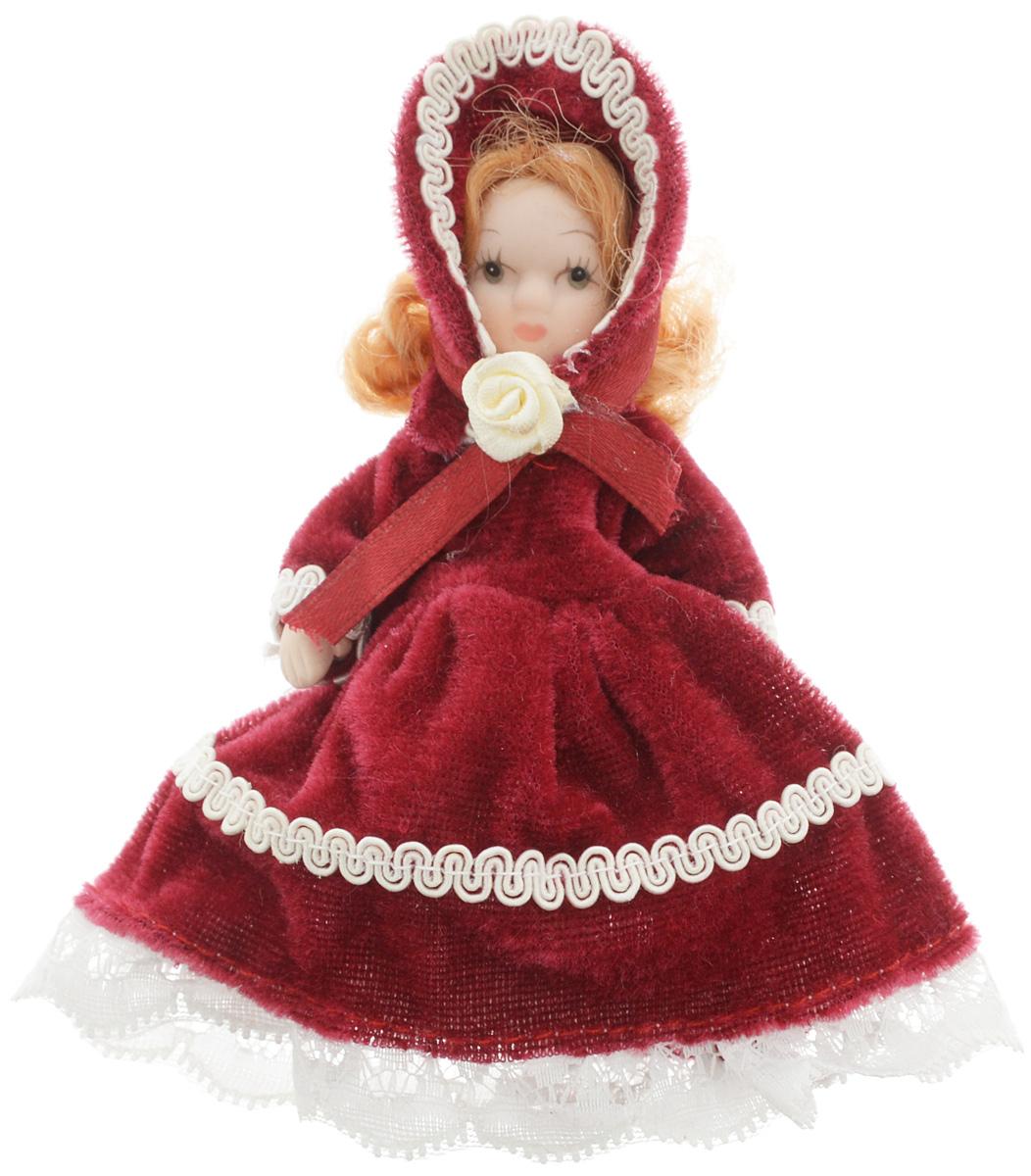 Фигурка декоративная Lovemark Кукла, цвет: бордовый, белый, высота 10 см. 2471924719_бордовыйФигурка декоративная Lovemark Кукла изготовлена из керамики в виде куклы с кудрявыми золотистыми волосами, большими глазами и ресницами. Куколка одета в длинное бархатное платье, декорированное белой тесьмой и бантиком в виде розы, и коктейльную шапочку. Вы можете поставить фигурку в любое место, где она будет красиво смотреться и радовать глаз. Кроме того, она станет отличным сувениром для друзей и близких. А прикрепив к ней петельку, такую куколку можно подвесить на елку.