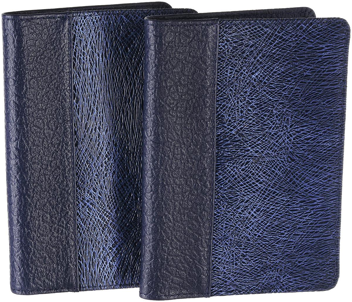 Набор подарочный женский Esse: бумажник водителя Pageauto, обложка для паспорта Page, цвет: темно-синий, синий. GN1522-000000-FE308O-K100GN1522-000000-FE308O-K100Женский подарочный набор Esse, состоящий из бумажника водителя Pageauto и обложки для паспорта Page, изготовлен из натуральной кожи и оформлен оригинальной фактурой. Бумажник водителя Pageauto раскладывается пополам. Изделие содержит съемный блок из шести прозрачных файлов из мягкого пластика, один из которых формата А5, два боковых кармана и три прорезных кармана для пластиковых карт. Обложка для паспорта Page раскладывается пополам. Внутри расположены боковые карманы для фиксации паспорта и три прорезных кармана для пластиковых карт. Набор упакован в фирменную коробку. Такой набор станет замечательным подарком человеку, ценящему качественные и практичные вещи.