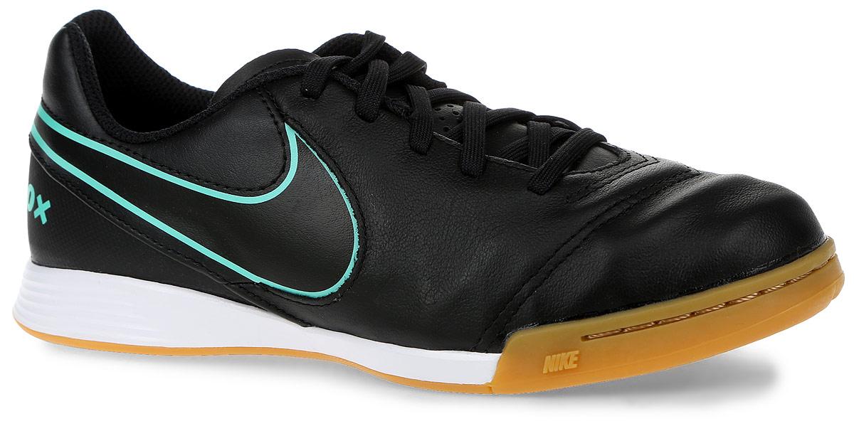 Бутсы детские Nike Tiempox Legend, цвет: черный, зеленый. Размер 5 (37)10906-10Зальные бутсы Nike Tiempox Legend используется на полях с мягкими и жесткими натуральными покрытиями. Комфорт с Nike Dri-FIT - при изготовлении верха используется комбинация материалов, что позволяет снизить вес бутс, добиться мягкой посадки и отличного чувства мяча при касании, плоские шипы на подошве придают дополнительную устойчивость. По бокам бутсы украшены логотипом фирмы Nike.