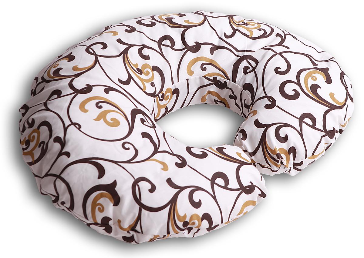Body Pillow Подушка для беременных и кормящих Рогалик цвет бежевый золотойС70х90 холо беж-золПодушка для кормления Body Pillow «Рогалик» - это ни с чем несравнимый комфорт молодой мамы и малыша во время кормления грудью. Подушка одевается вокруг талии мамы, и малыш располагается на подушке. Так, подушка поддерживает все тело малыша, и ему удобно. А у мамы нет напряжения в области рук, шеи и спины. Подушку можно использовать как гнездышко для малыша во время игры, а еще в ней удобно учиться сидеть. Подушкой можно пользоваться и до появления малыша – во время сна подкладывать под животик. Наполнитель подушки – холлофайбер – это мягкий и гибкий классический наполнитель. Этот материал состоит из волокон полиэстера, которые образуют сильную пружинистую структуру материала. Это свойство позволяет быстро восстанавливать свою форму после смятия, а так же принимать различные формы. В комплекте есть съемная наволочка на молнии бежевого цвета с шоколадно-золотистым узором «Вензеля» из плотного поликаттона, которая будет очень...